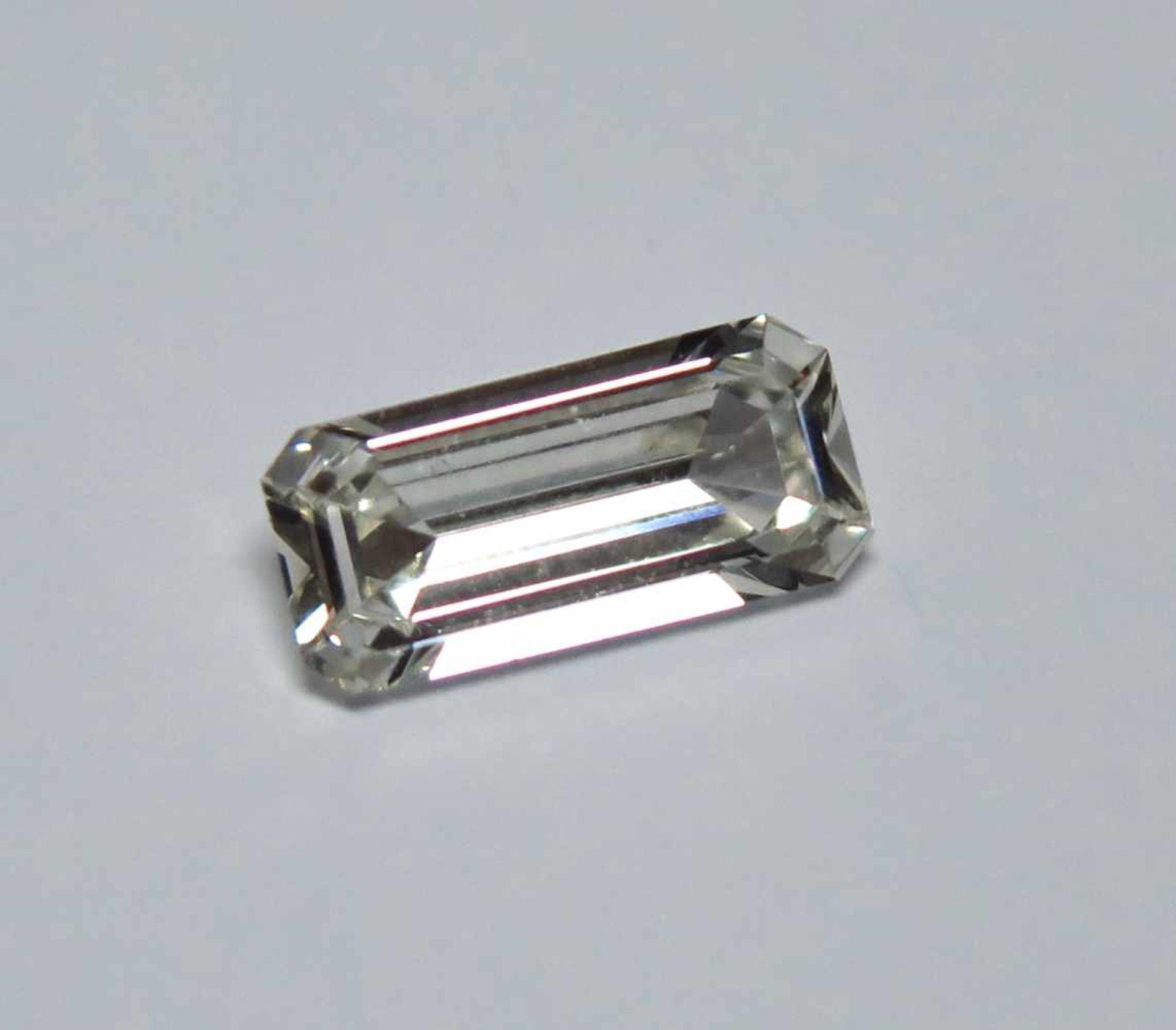 Diamant de taille émeraude sur papier de 2.20 cts. (Très bonne qualité).