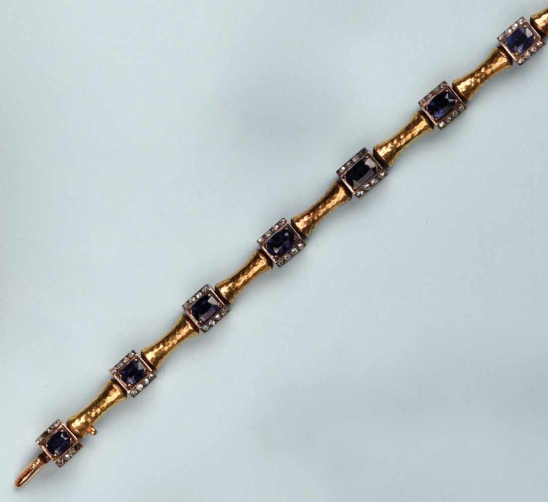 Bracelet souple or jaune 750. Il est composé de mailles bâtonnets à surface amatie. Les