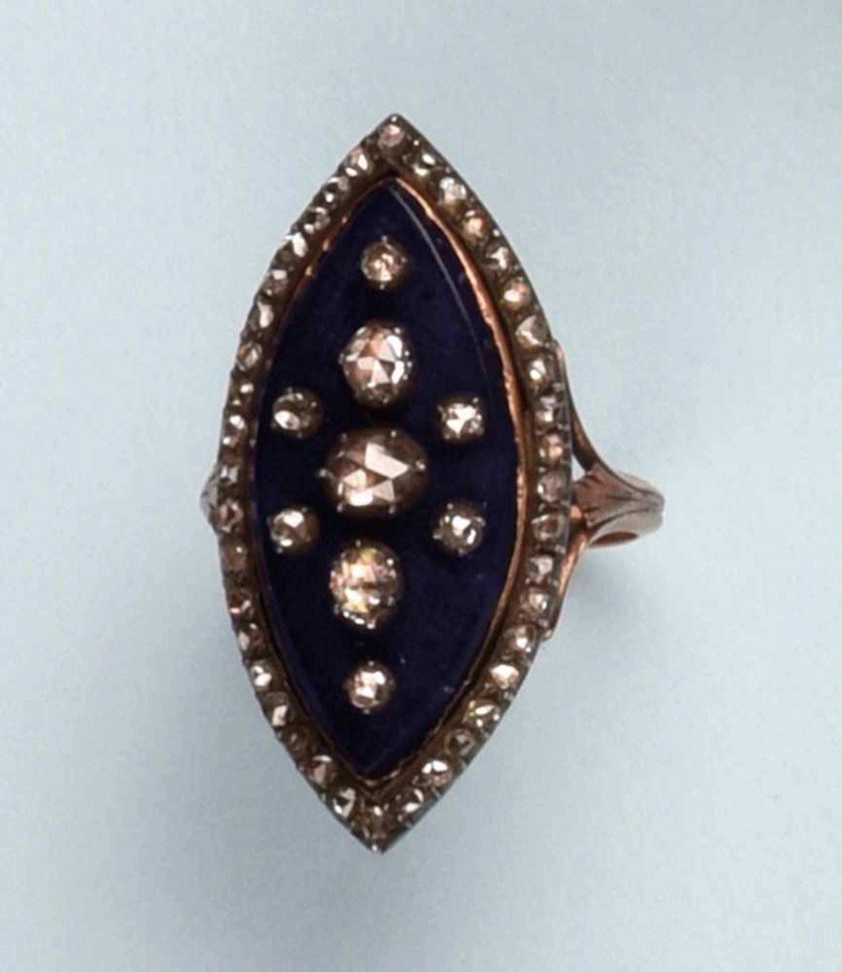 Bague en argent et or rose 750. Le plateau de forme marquise est émaillé de couleur bleue. Le