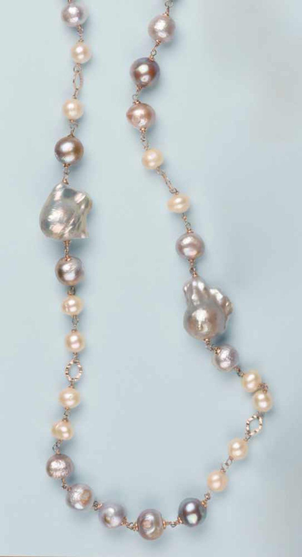 Sautoir composé d'une multitude de perles de culture baroques de différentes nuances: blanc à