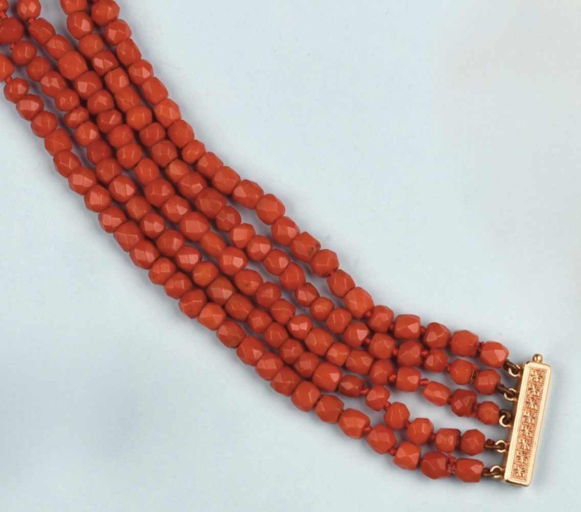 Ravissant bracelet composé de cinq rangs de boules de corail facettées. Fermoir barrette en or jaune