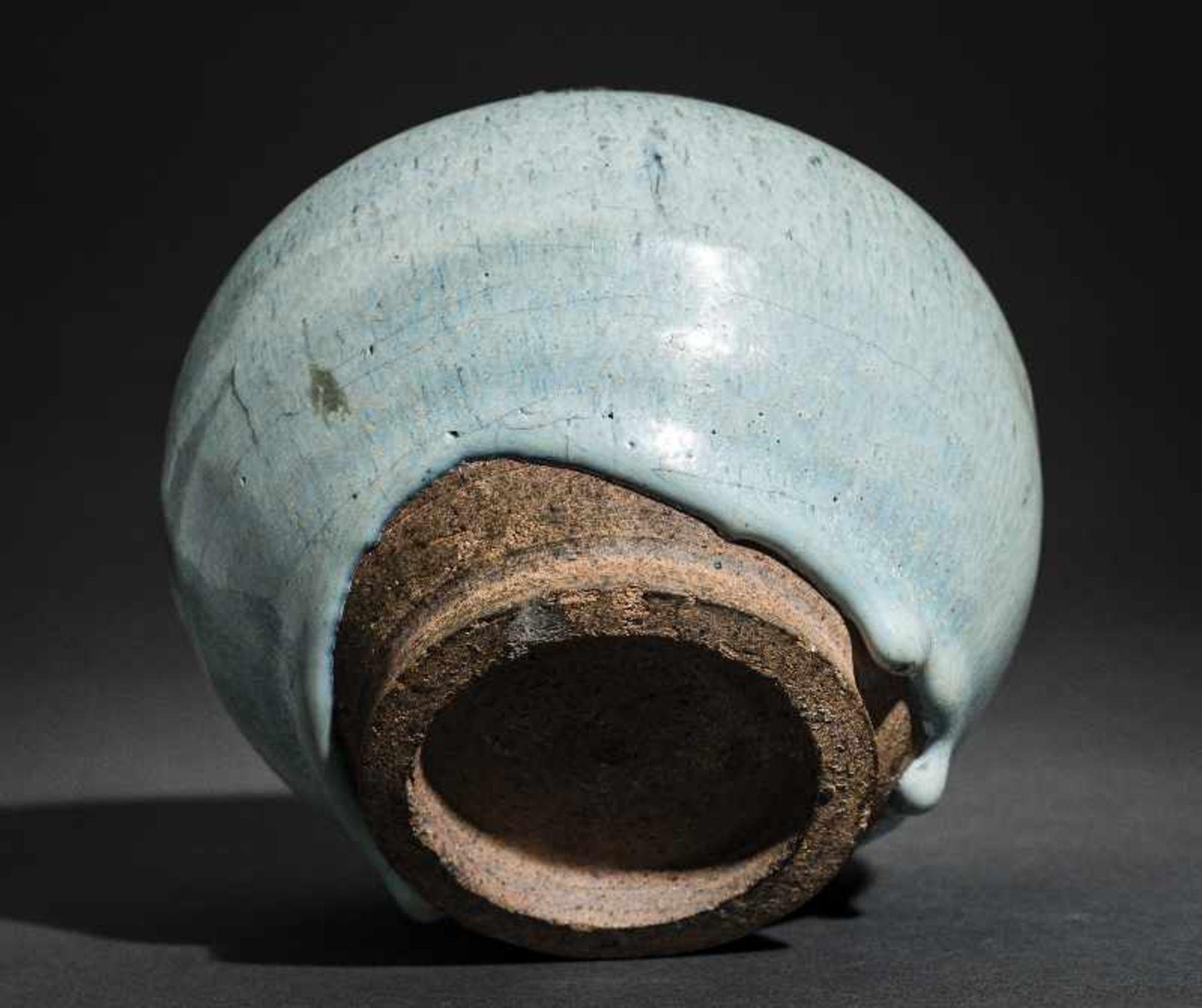 SCHULTERTOPF JUNYAO Glasierte Keramik. China, Yuan bis Ming, ca. 14. bis 15. Jh. Sehr - Image 6 of 8