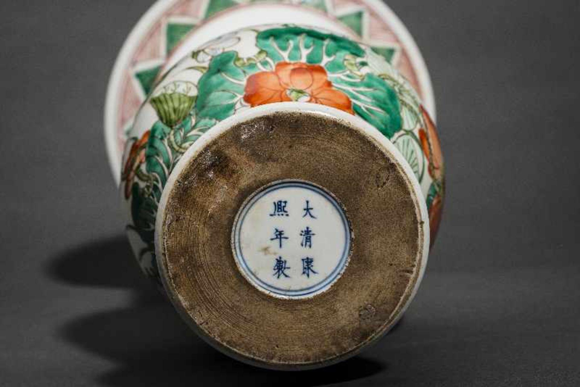 VASE MIT LOTUS UND KRANICHEN Porzellan mit Emailfarben. China, Balusterform mit betont großem - Image 5 of 5