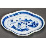 FLACHER TELLER Blauweiß-Porzellan. China, Qing-Dynastie, 19. Jh. Vierfach gelappter Teller auf