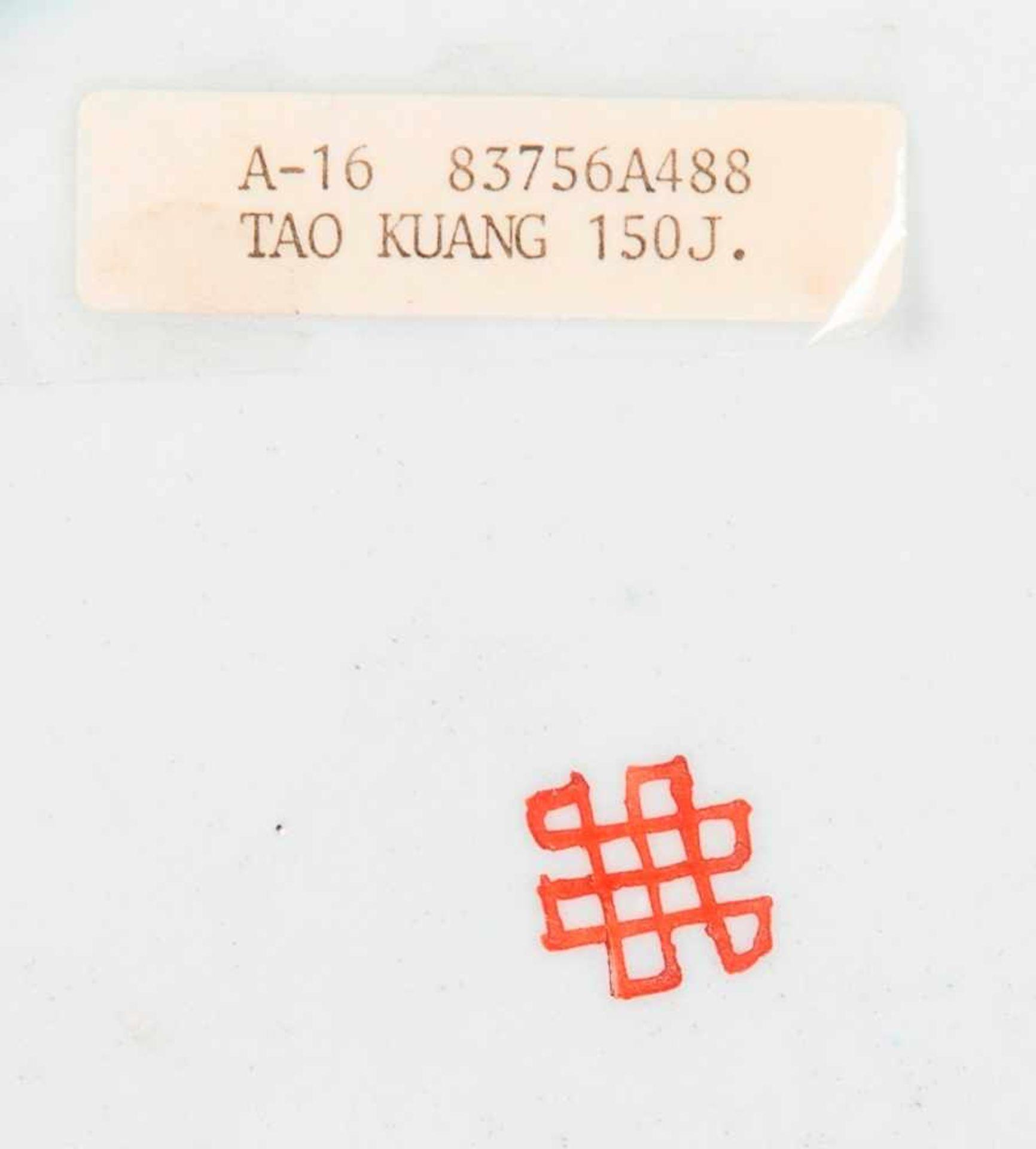 Drei sehr attraktiv farbig bemalte TellerPorzellan mit Emailfarben. China, Qing-Dynastie, - Image 7 of 10