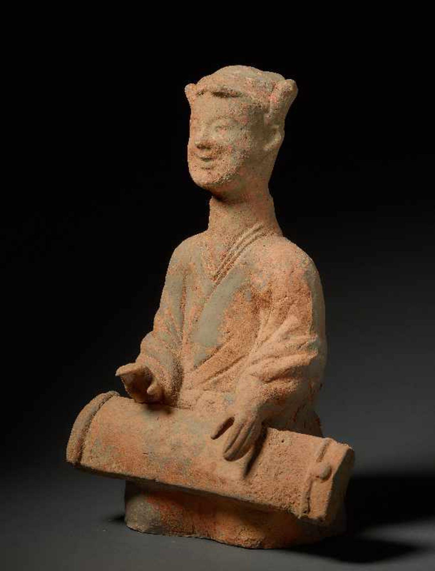 MUSIKANTIN Terrakotta. China, Sichuan, östliche Han (25 - 220) Auf dem Boden hockendes Mädchen, - Image 3 of 6