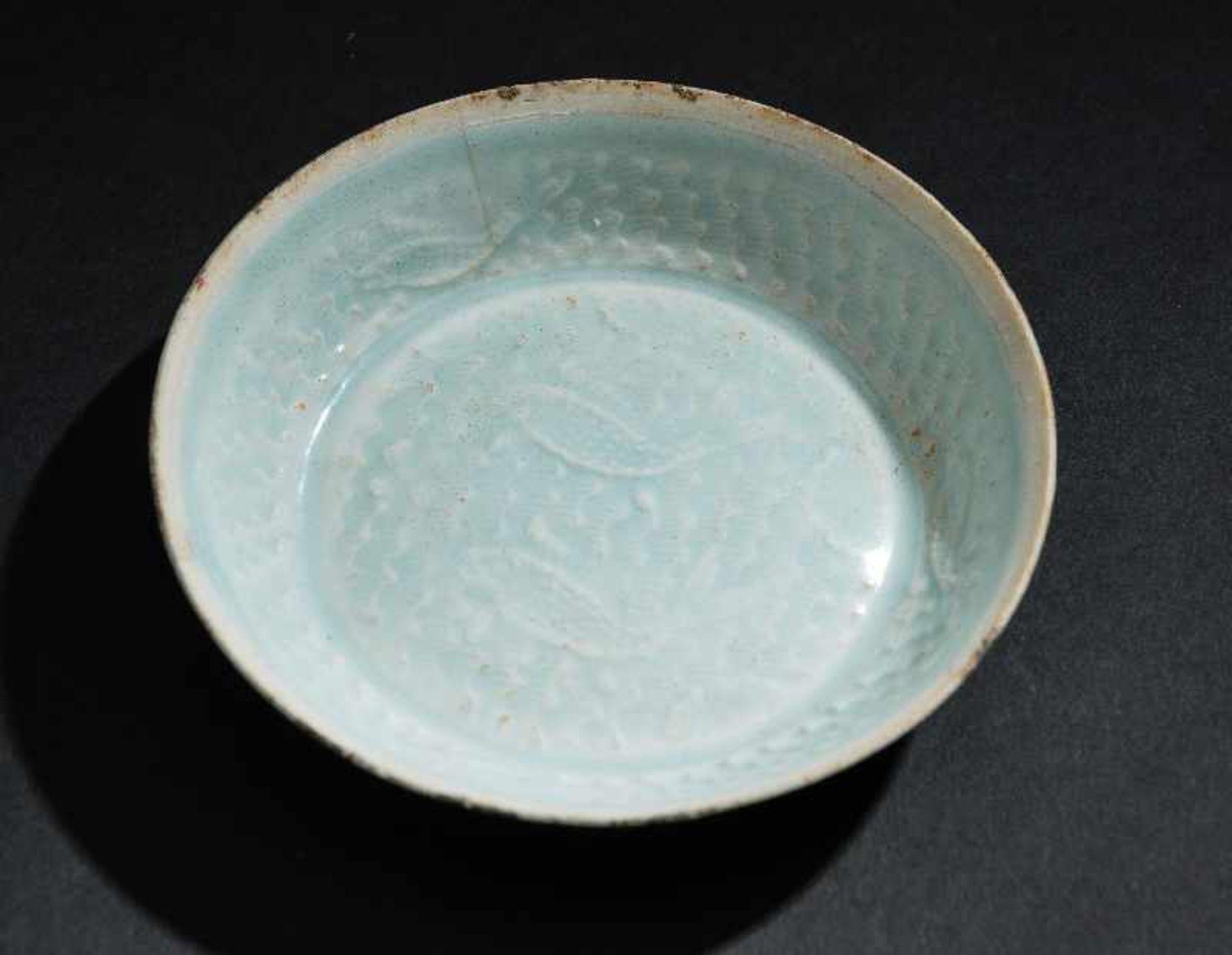 SCHÄLCHEN MIT FISCHENProtoporzellan. China, Song-Dynastie, ca. 10 – 12. Jh. Dieses dünnwandinge - Image 5 of 5