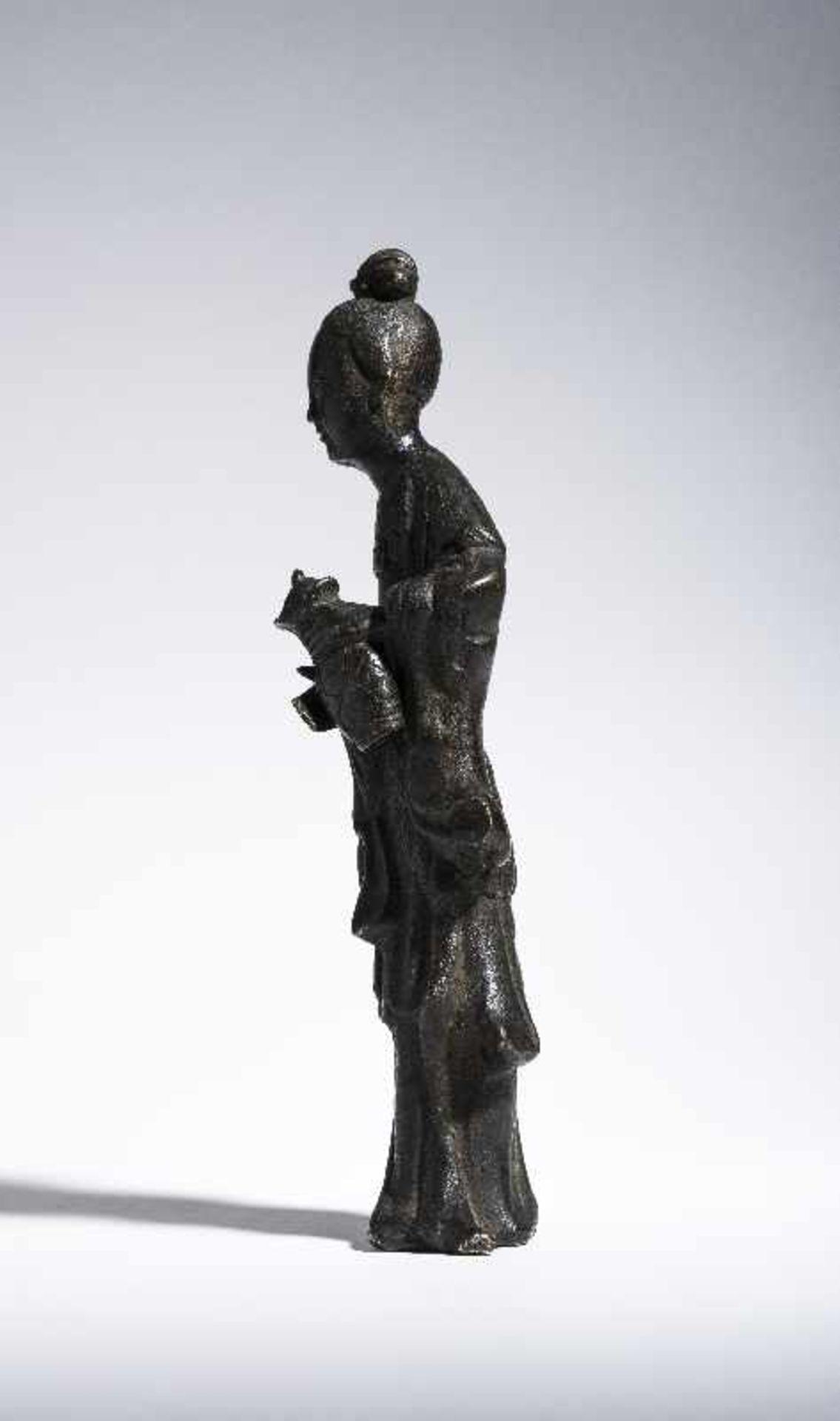 UNSTERBLICHE MIT WASSERKANNE Gelbe Bronze. China, Qing 19. Jh. Vermutlich eine Fee, möglicherweise - Image 5 of 6