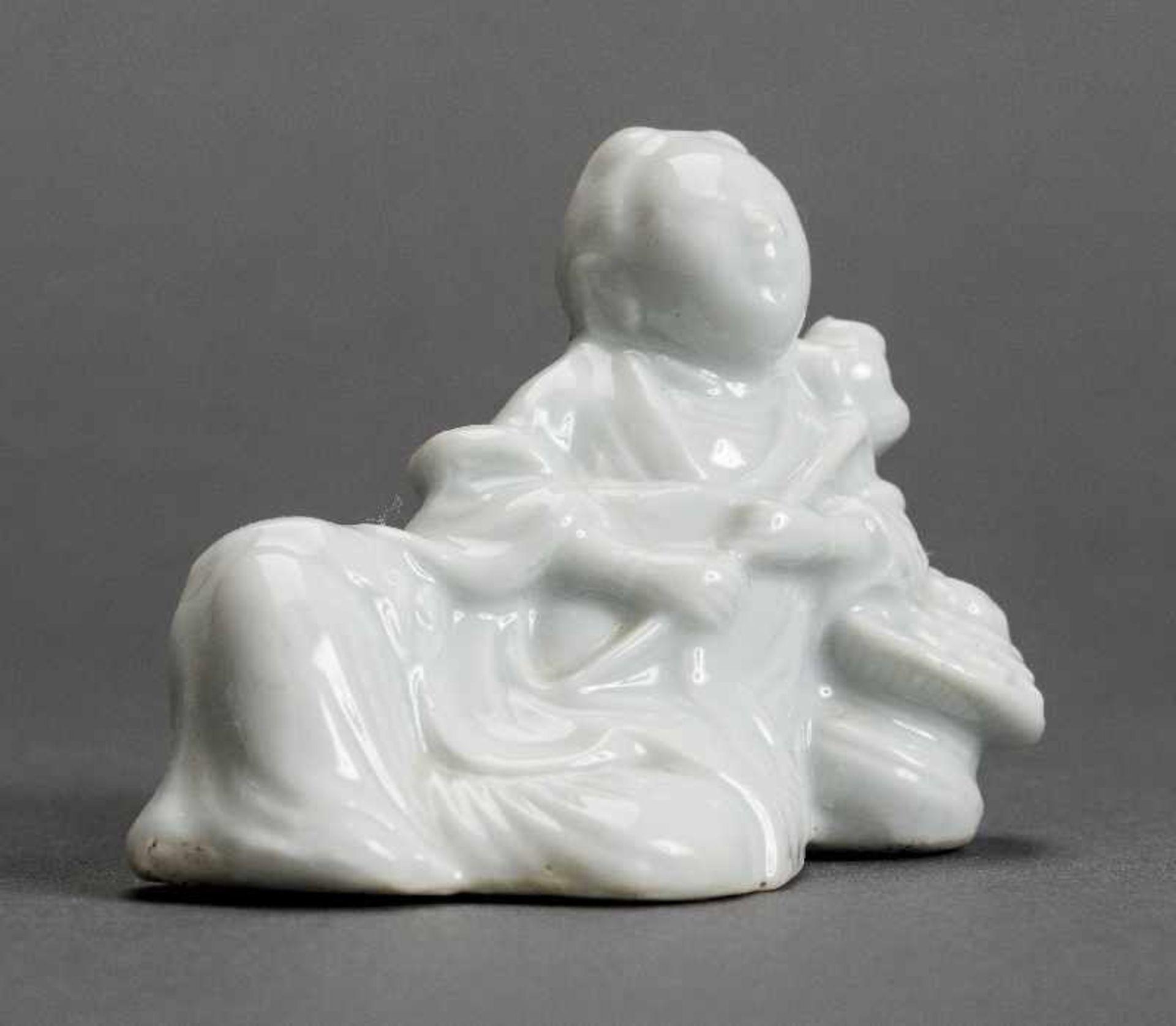 DIE UNSTERBLICHE LAN CAIHE Blanc de Chine. China, Qing-Dynastie (1644 - 1911) Lan Caihe ist neben He - Image 2 of 5