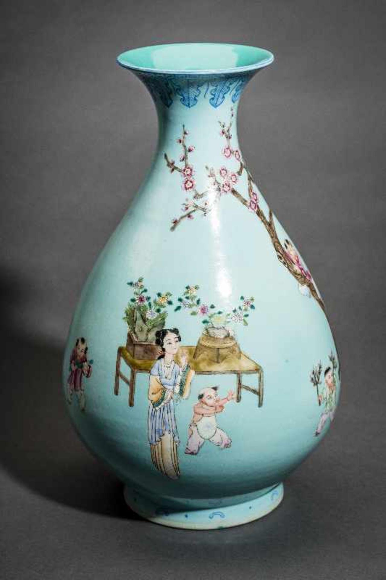 GROSSE VASE MIT SPIELENDEN KNABEN Porzellan mit Emailfarben. China, Auf türkis-blaugrünem Grund sind - Image 3 of 4