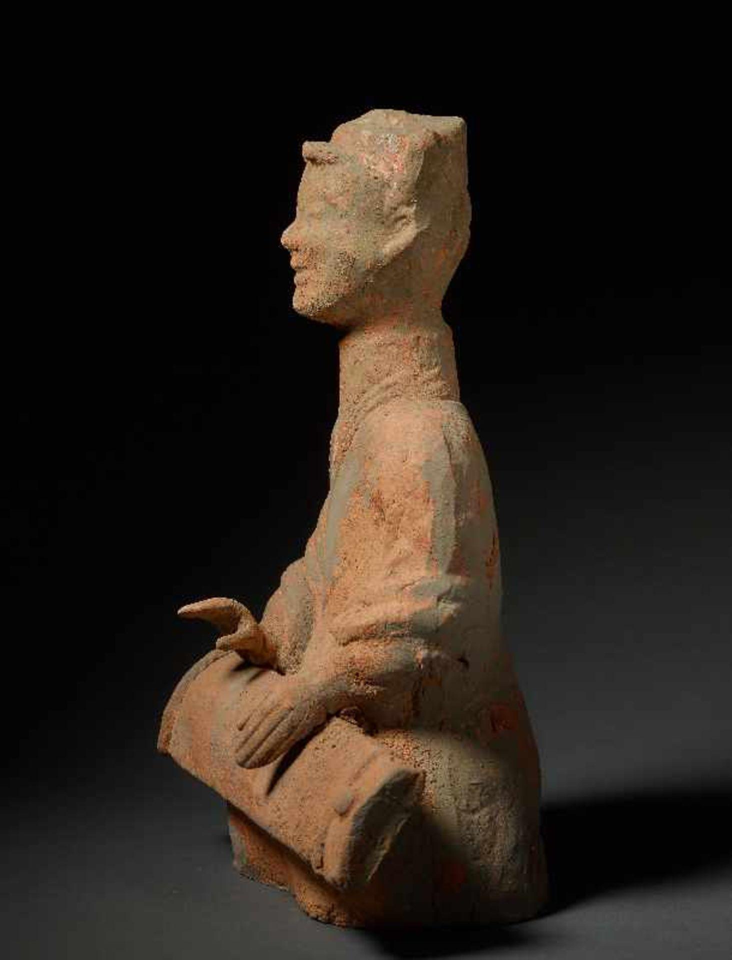 MUSIKANTIN Terrakotta. China, Sichuan, östliche Han (25 - 220) Auf dem Boden hockendes Mädchen, - Image 4 of 6