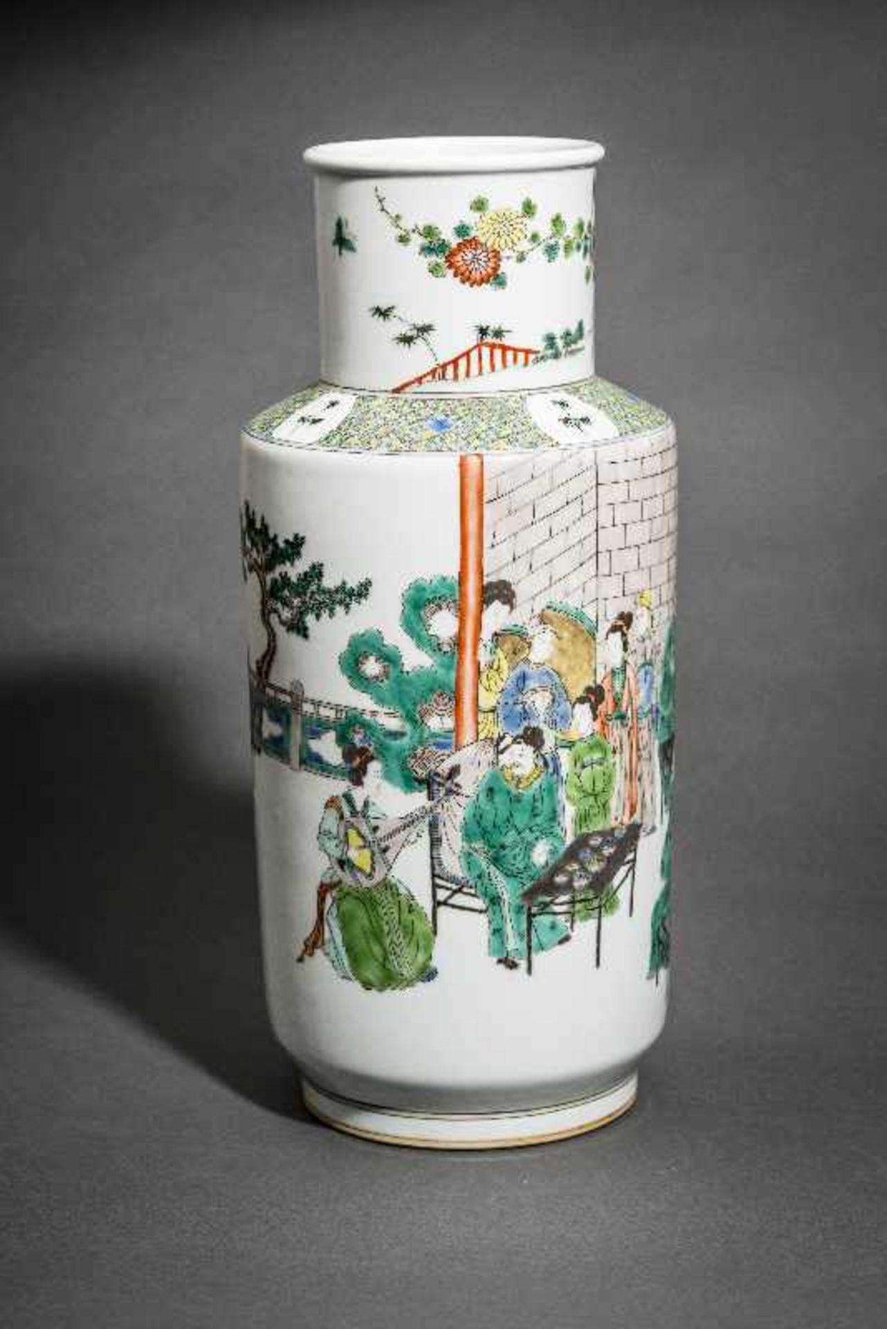 VASE MIT WEISEN UND WÜRDENTRÄGERN Porzellan mit farbiger Emailmalerei. China, Hohe zylindrische