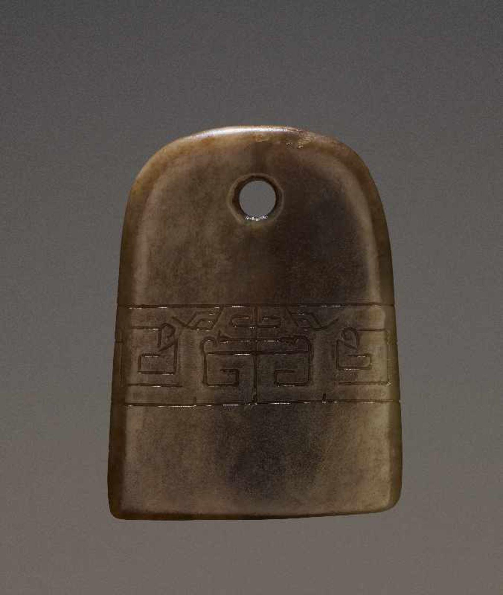 KONVOLUT MIT EINER BI UND DREI AMULETTENJade. China, späte Qing-Dynastie, 19. Jh. 75a: BI Jade. - Image 10 of 17