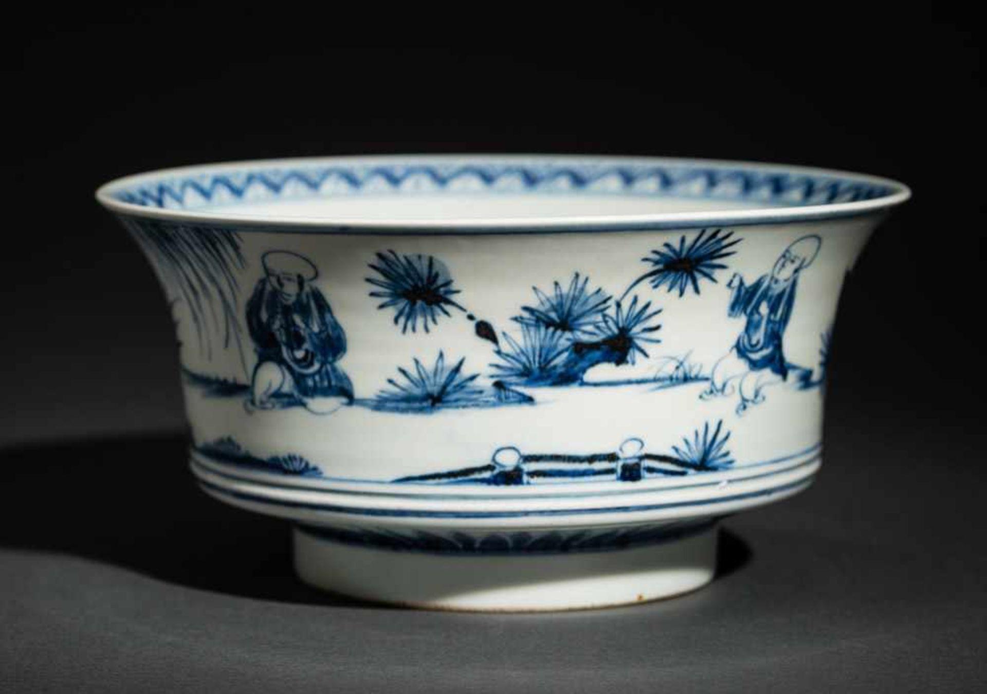 TIEFE SCHALE MIT SPIELENDEN KNABEN Blauweißes Porzellan. China, Auf der nach außen geschwungenen - Image 2 of 6