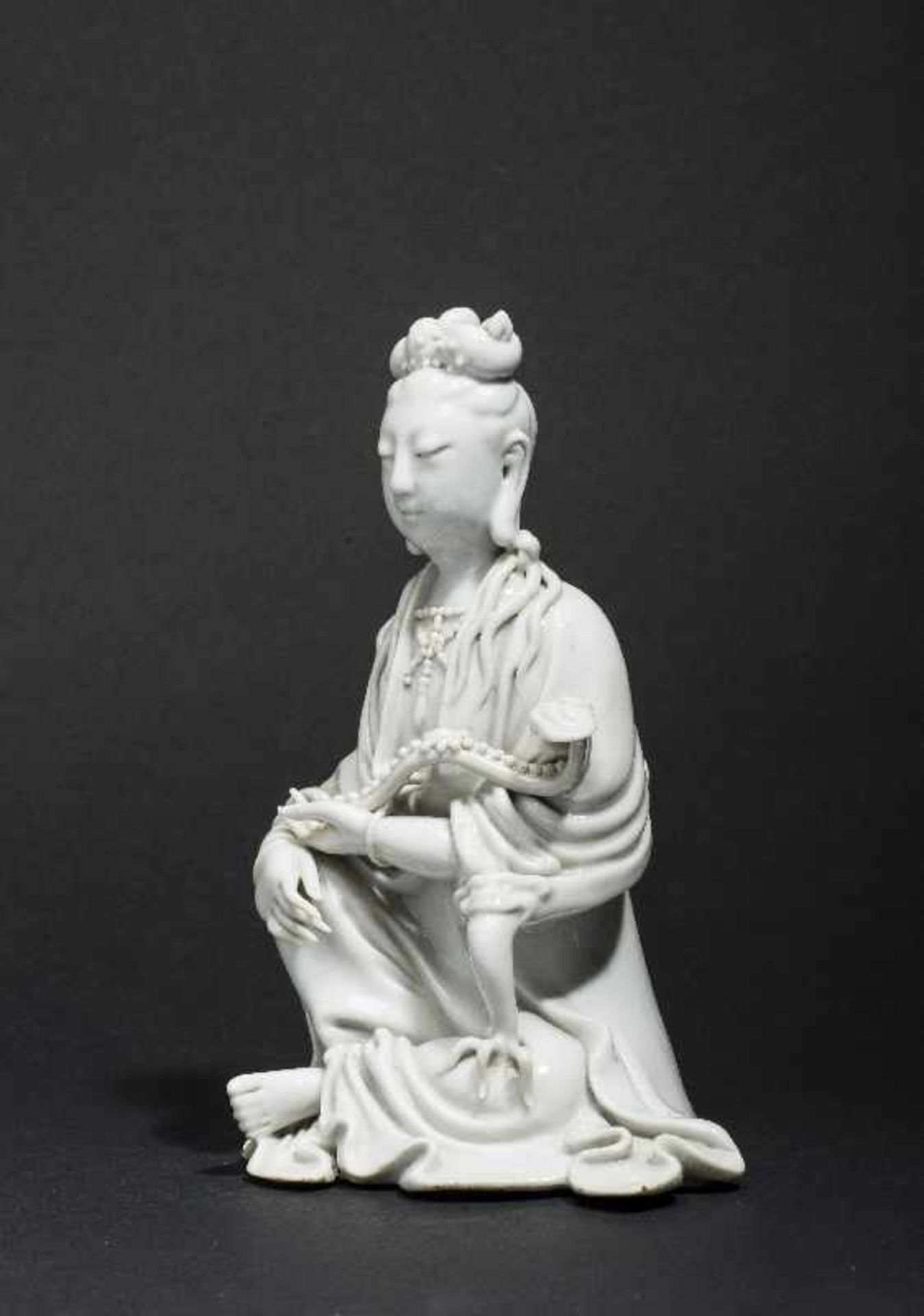 SITZENDE GUANYIN MIT ZEPTER Blanc de Chine-Porzellan. China, Qing 17. bis 18. Jh. Ein betörend - Image 6 of 7