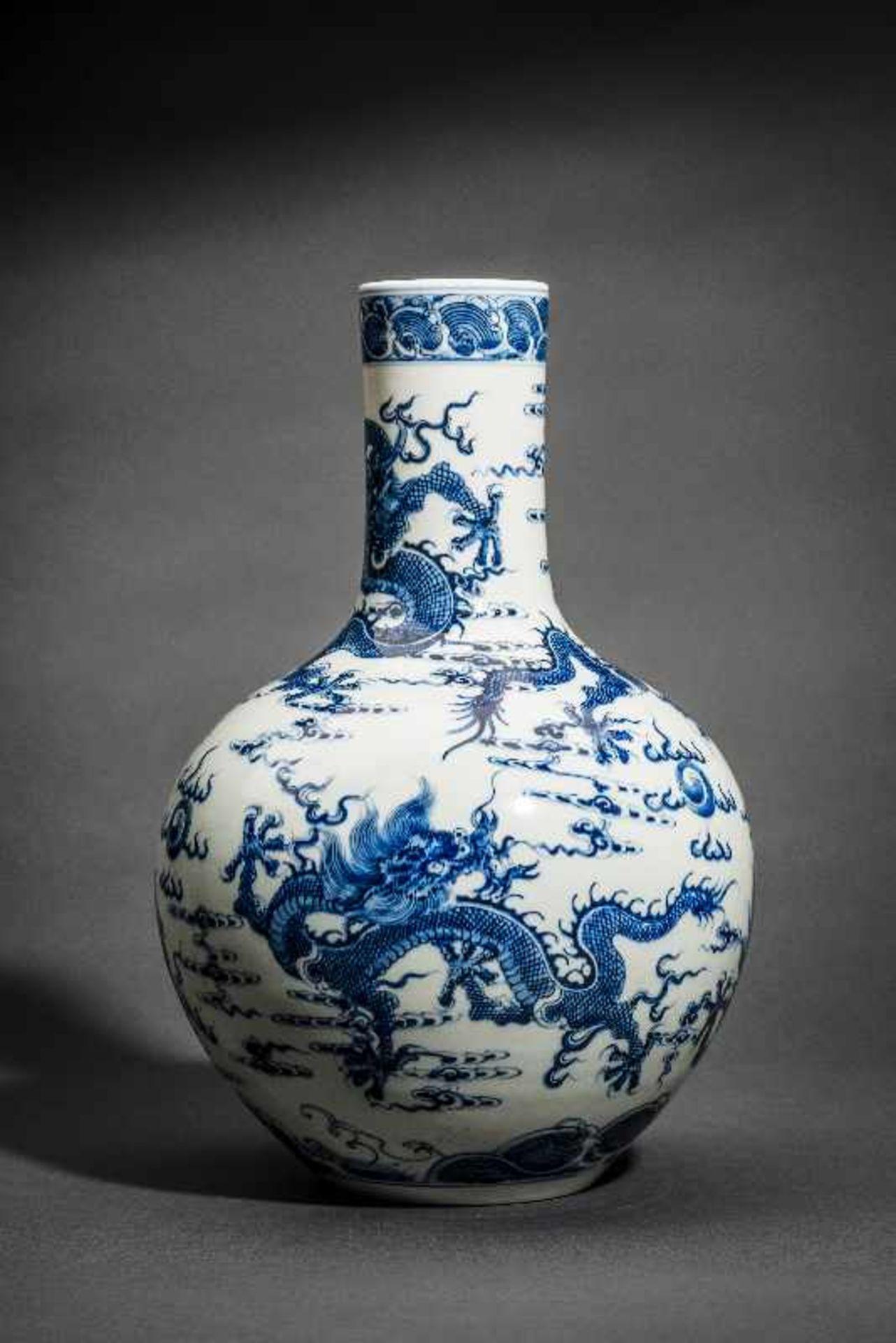 """VASE MIT FÜNF WILDEN DRACHEN Blauweißes Porzellan. China, Sehr belebt gemaltes Motiv """"Drachen in den"""