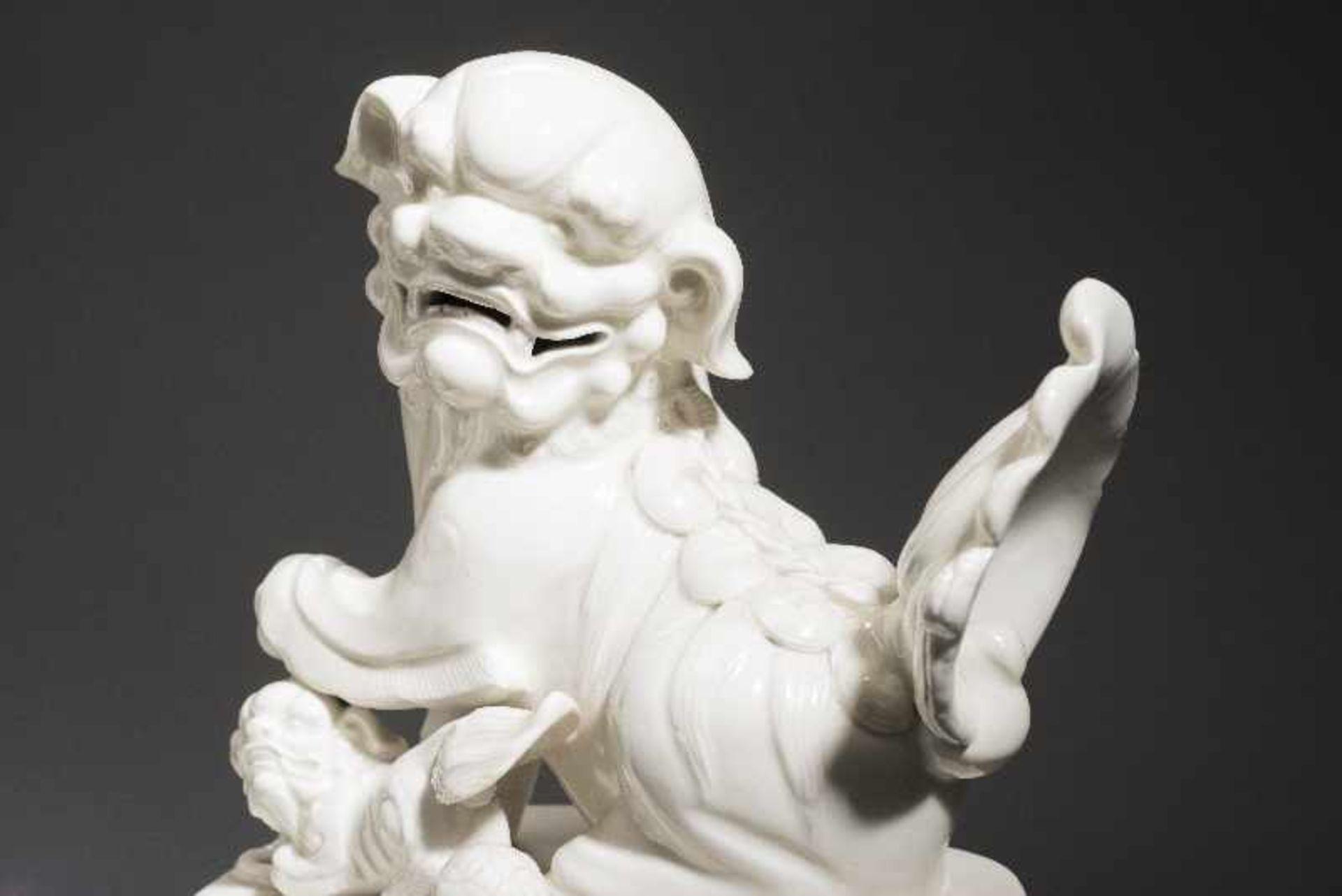 PAAR PALASTLÖWEN AUF SOCKELNBlanc de Chine-Porzellan aus Dehua und Holz. China, Qing 18. Jh. Zwei - Image 7 of 9