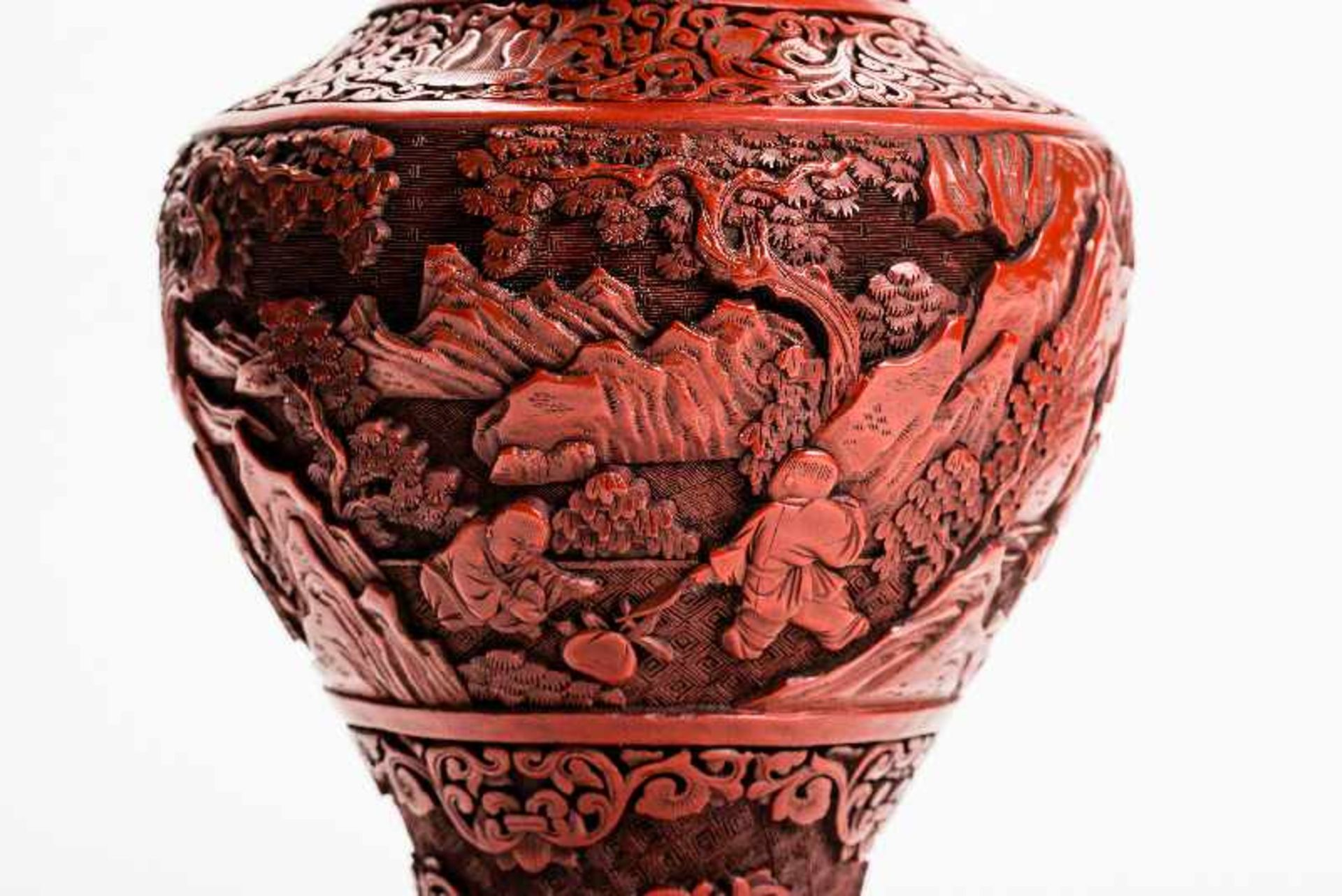 VASE MIT GESCHNITZTEM ROTLACK Rotlack, Metall. China, Qing-Dynastie (1644 – 1911) Sehr dicht mit - Image 6 of 8