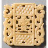 ANHÄNGER MIT DRACHEN Jade (Nephrit). China, späte Qing-Dynastie, ca. 19. Jh. Das rechteckige Feld