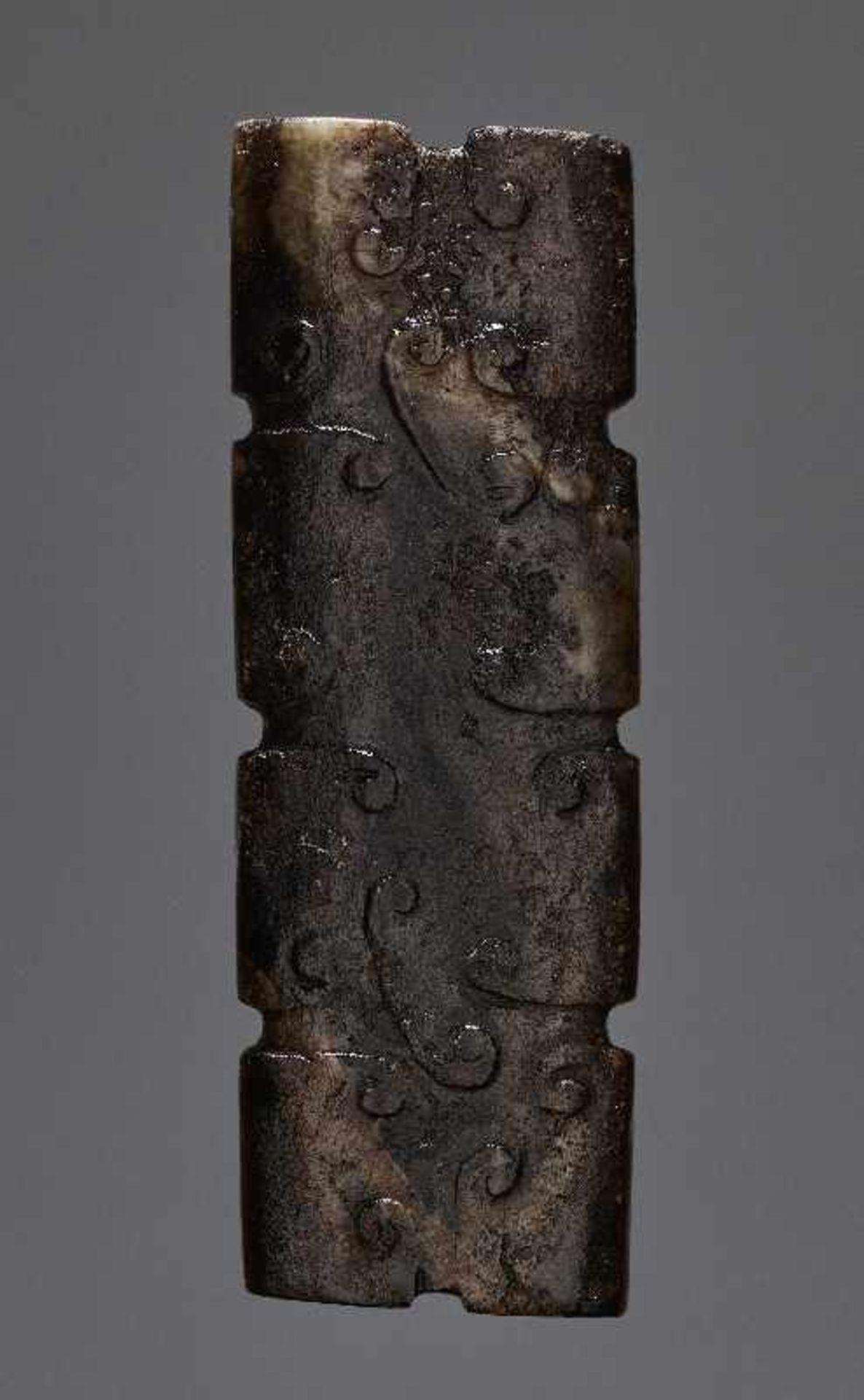 KONVOLUT MIT DREI PERLEN UND EINEM AMULETT 74 a-cJade. China, Qing, 19. Jh. 74a-c: DREI ZIERPERLEN - Image 15 of 18