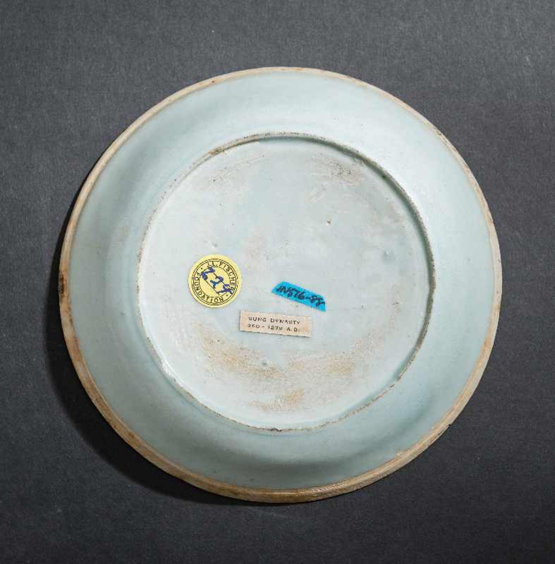 SCHÄLCHEN MIT FISCHENProtoporzellan. China, Song-Dynastie, ca. 10 – 12. Jh. Dieses dünnwandinge - Image 3 of 5