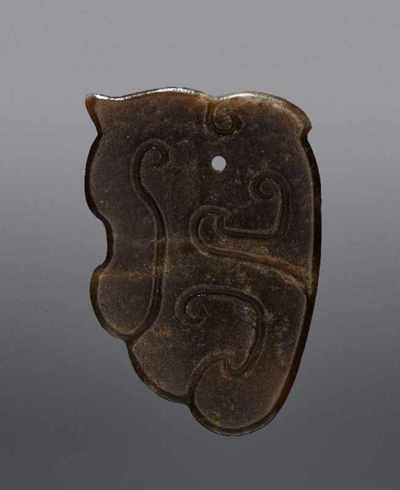 KONVOLUT MIT EINER BI UND DREI AMULETTENJade. China, späte Qing-Dynastie, 19. Jh. 75a: BI Jade. - Image 14 of 17