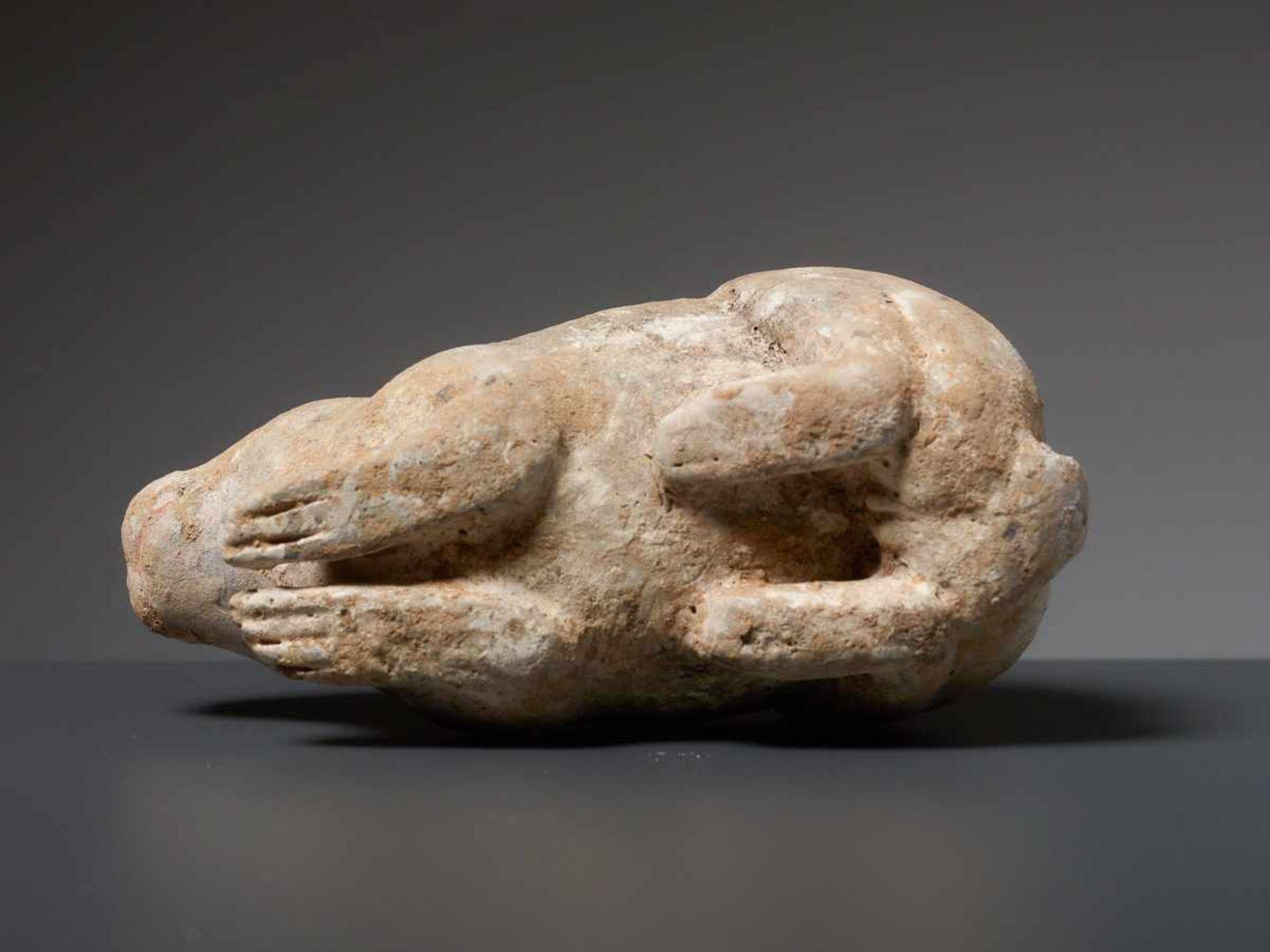 LIEGENDER HASE Terrakotta mit Bemalung. China, Tang (618 - 907) Kleine Terrakotta-Figurine, die - Image 4 of 4