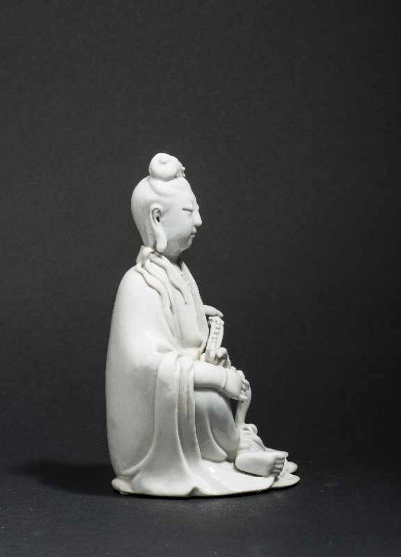 SITZENDE GUANYIN MIT ZEPTER Blanc de Chine-Porzellan. China, Qing 17. bis 18. Jh. Ein betörend - Image 3 of 7