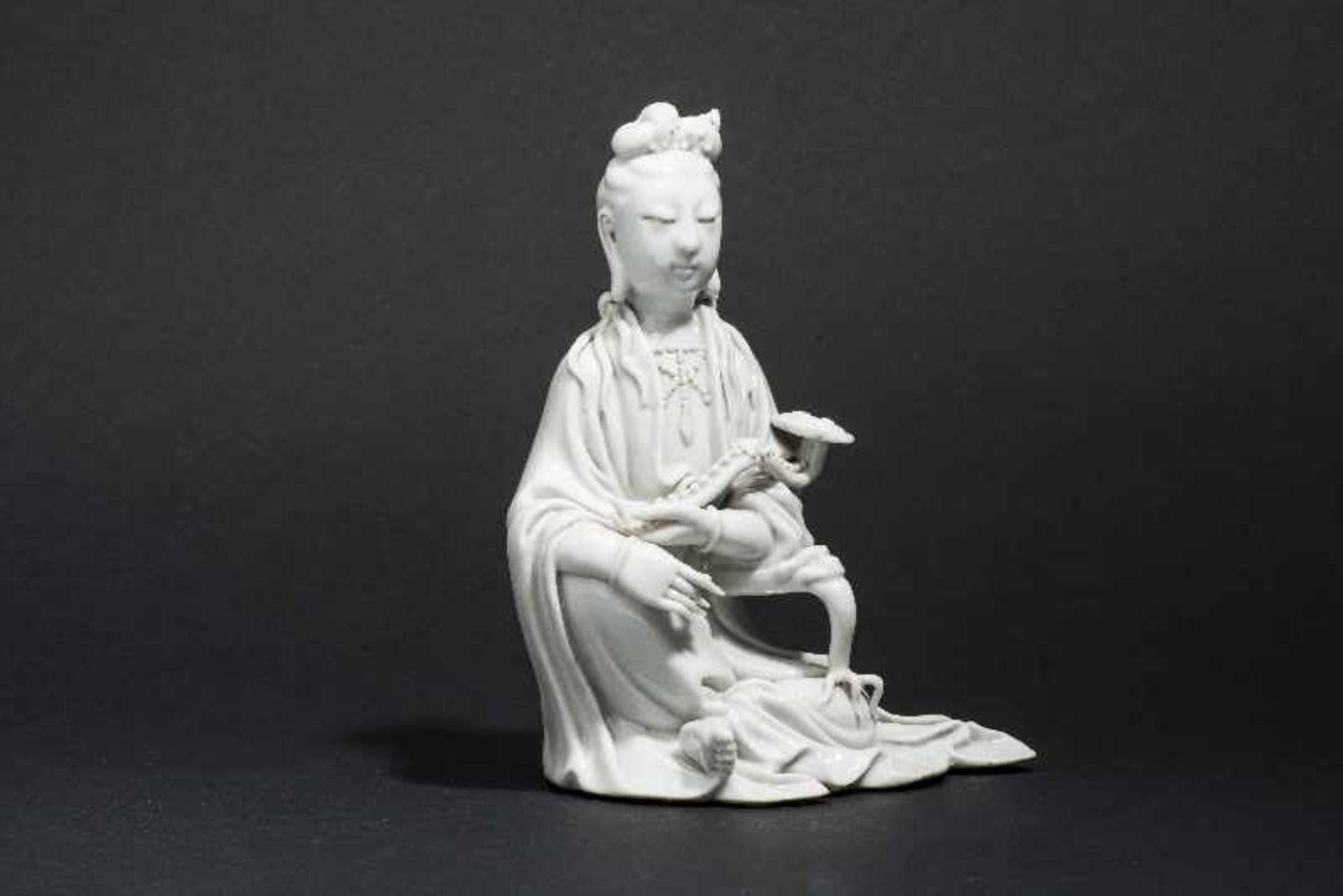 SITZENDE GUANYIN MIT ZEPTER Blanc de Chine-Porzellan. China, Qing 17. bis 18. Jh. Ein betörend - Image 2 of 7