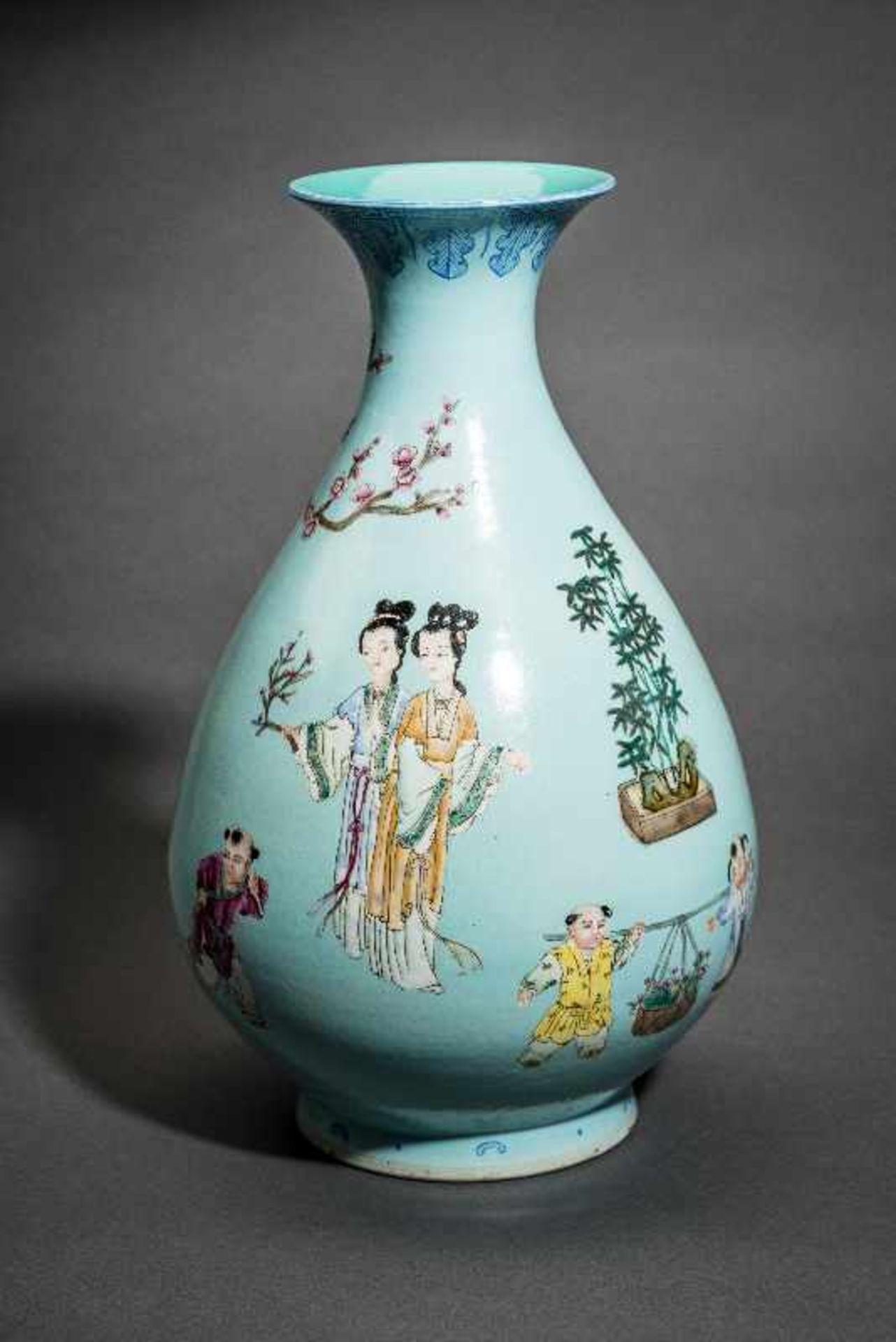 GROSSE VASE MIT SPIELENDEN KNABEN Porzellan mit Emailfarben. China, Auf türkis-blaugrünem Grund sind - Image 2 of 4