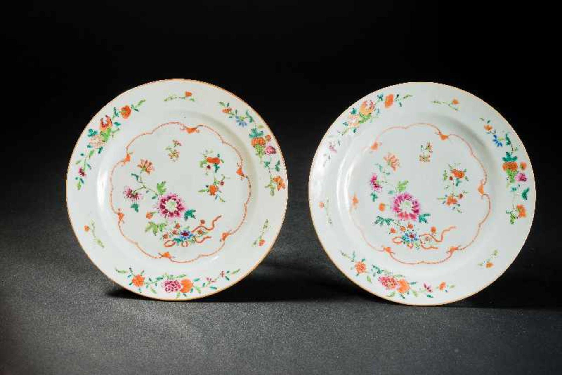 PAAR TELLER Porzellan mit Emailfarben. China, Qing-Dynastie, 18. Jh. Zwei famille-rose Teller, auf
