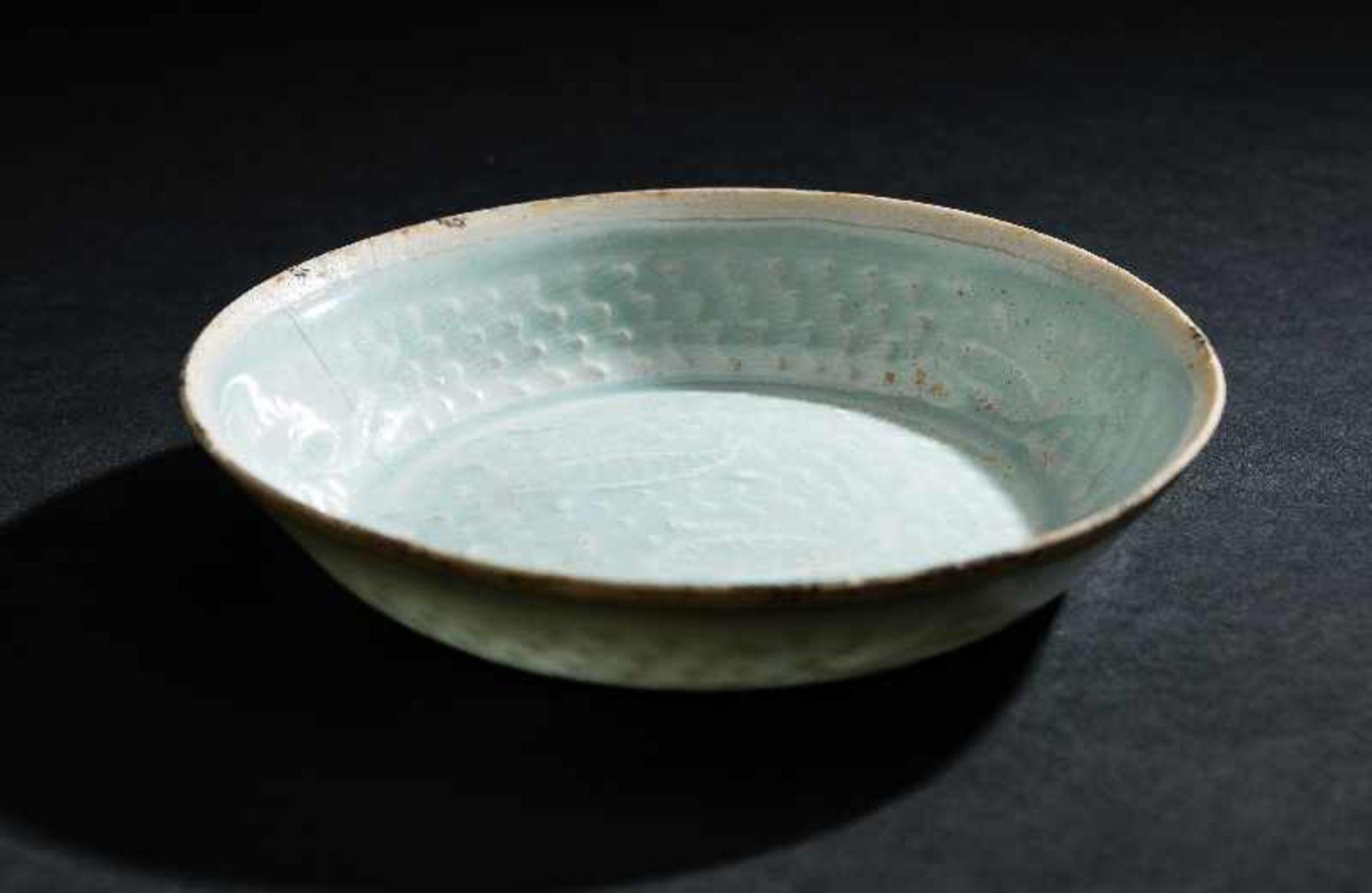 SCHÄLCHEN MIT FISCHENProtoporzellan. China, Song-Dynastie, ca. 10 – 12. Jh. Dieses dünnwandinge