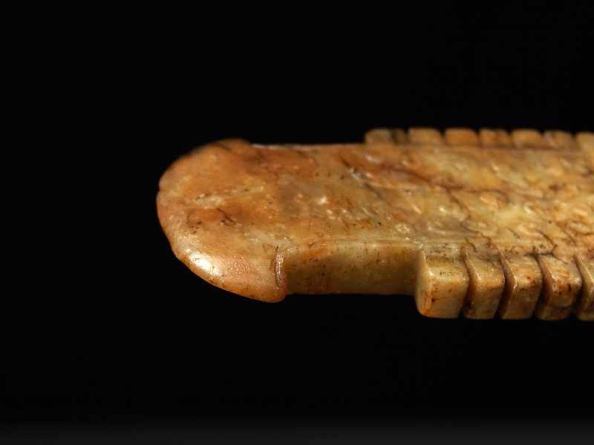 Zieranhänger in Form einer ZeremonialklingeJade. China, Ming/Qing, ca. 17. Jh. Eine sehr nette, - Image 4 of 5