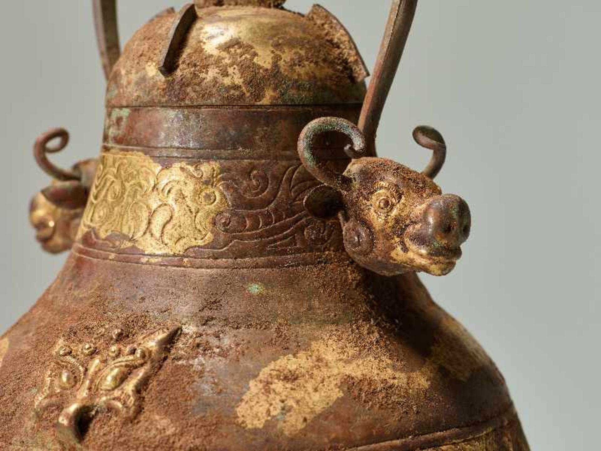 GEFÄSS YOU MIT FABELWESEN UND TIERKÖPFEN Feuervergoldetes Repoussé. China, vermutlich Qing bis - Image 6 of 8