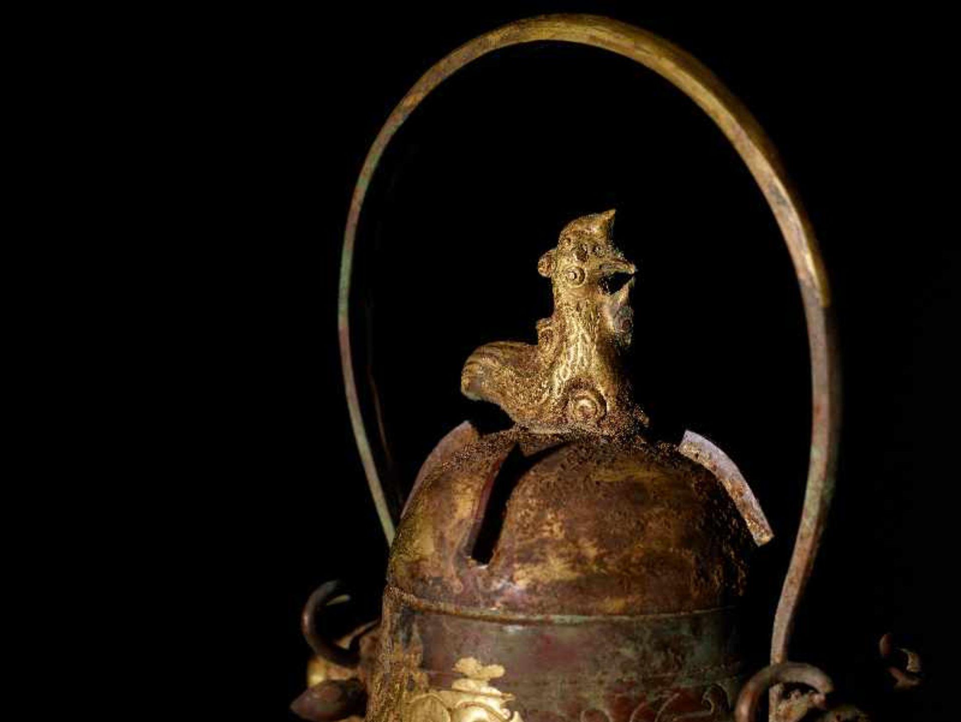 GEFÄSS YOU MIT FABELWESEN UND TIERKÖPFEN Feuervergoldetes Repoussé. China, vermutlich Qing bis - Image 8 of 8