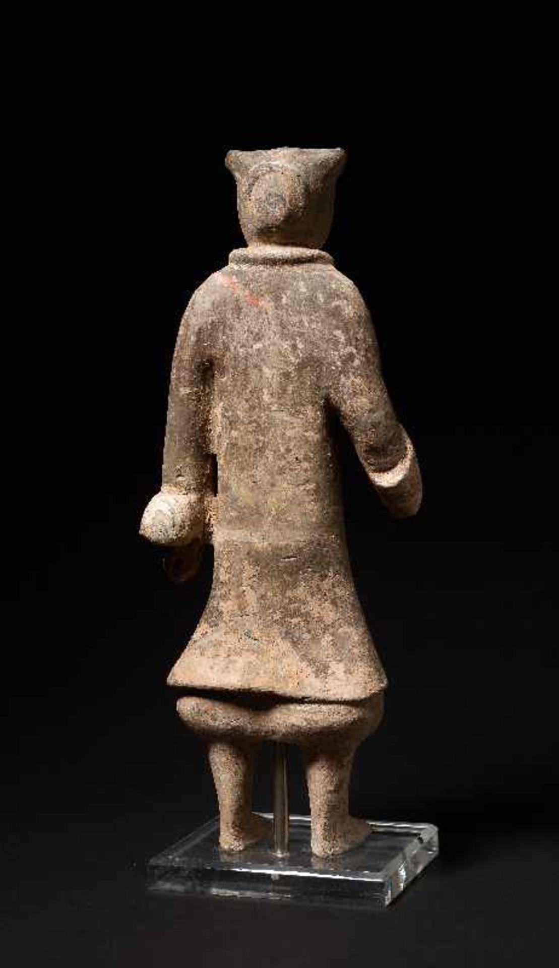 DER ELEGANTE GARDIST Terrakotta mit alter Bemalung. China, frühe Westliche Han-Dynastie (3. - 2. Jh. - Image 5 of 5