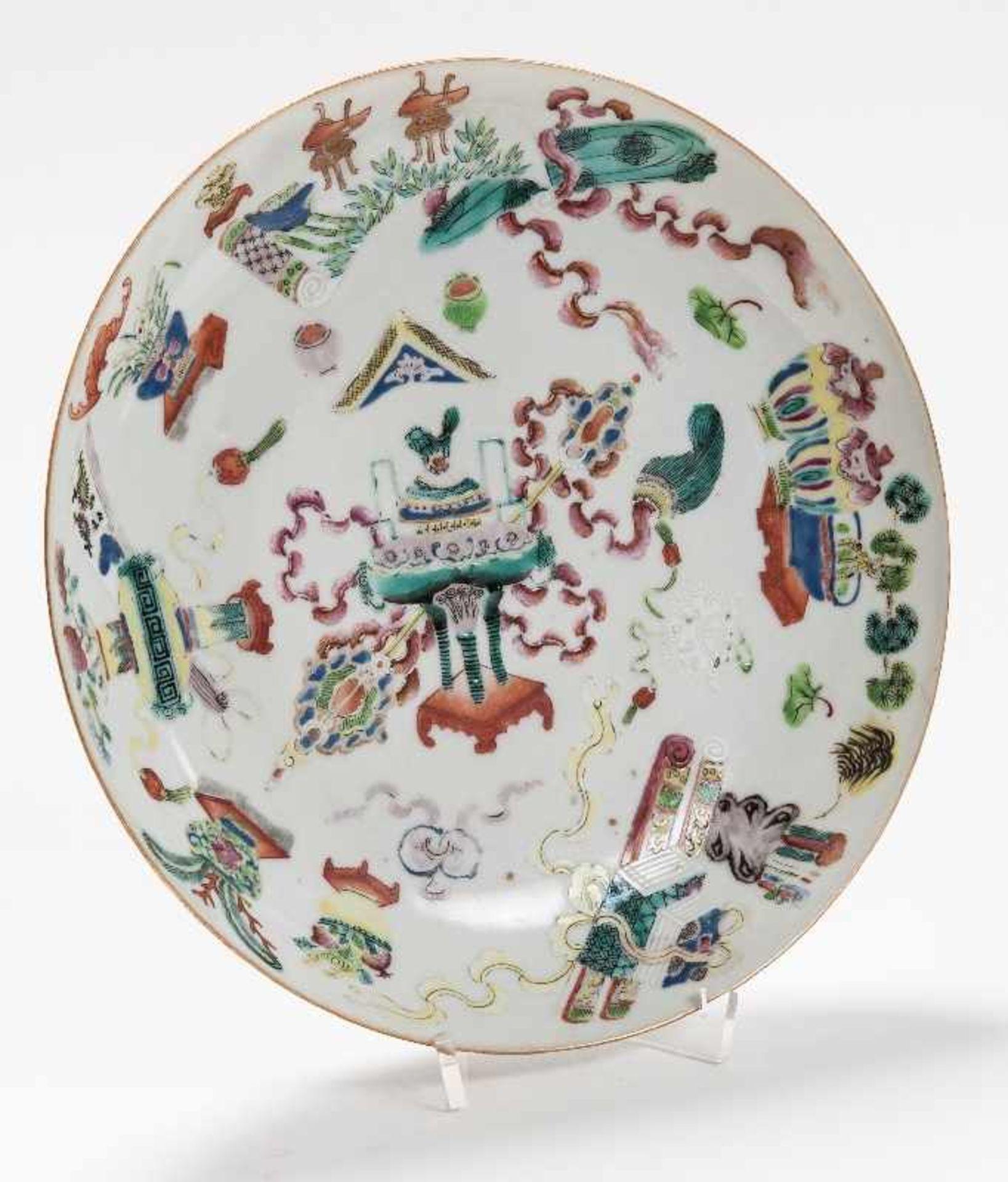Drei sehr attraktiv farbig bemalte TellerPorzellan mit Emailfarben. China, Qing-Dynastie, - Image 3 of 10