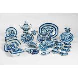 EIN ÜBERKOMPLETTES PORZELLANSERVICEBlauweiß-Porzellan. China, Qing-Dynastie, um 1820 Insgesamt mit