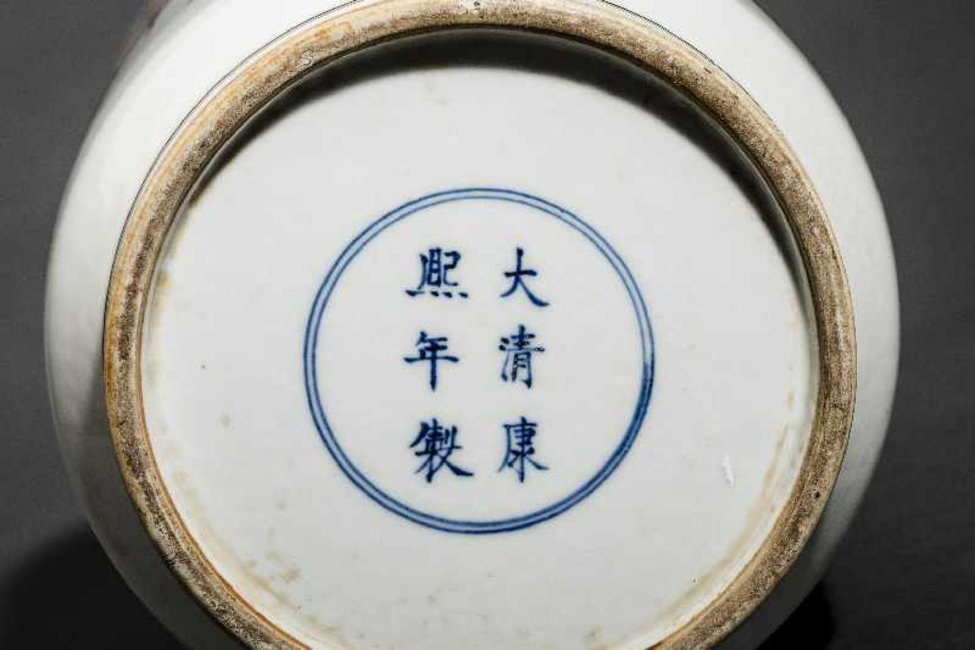 VASE MIT WEISEN UND WÜRDENTRÄGERN Porzellan mit farbiger Emailmalerei. China, Hohe zylindrische - Image 5 of 5