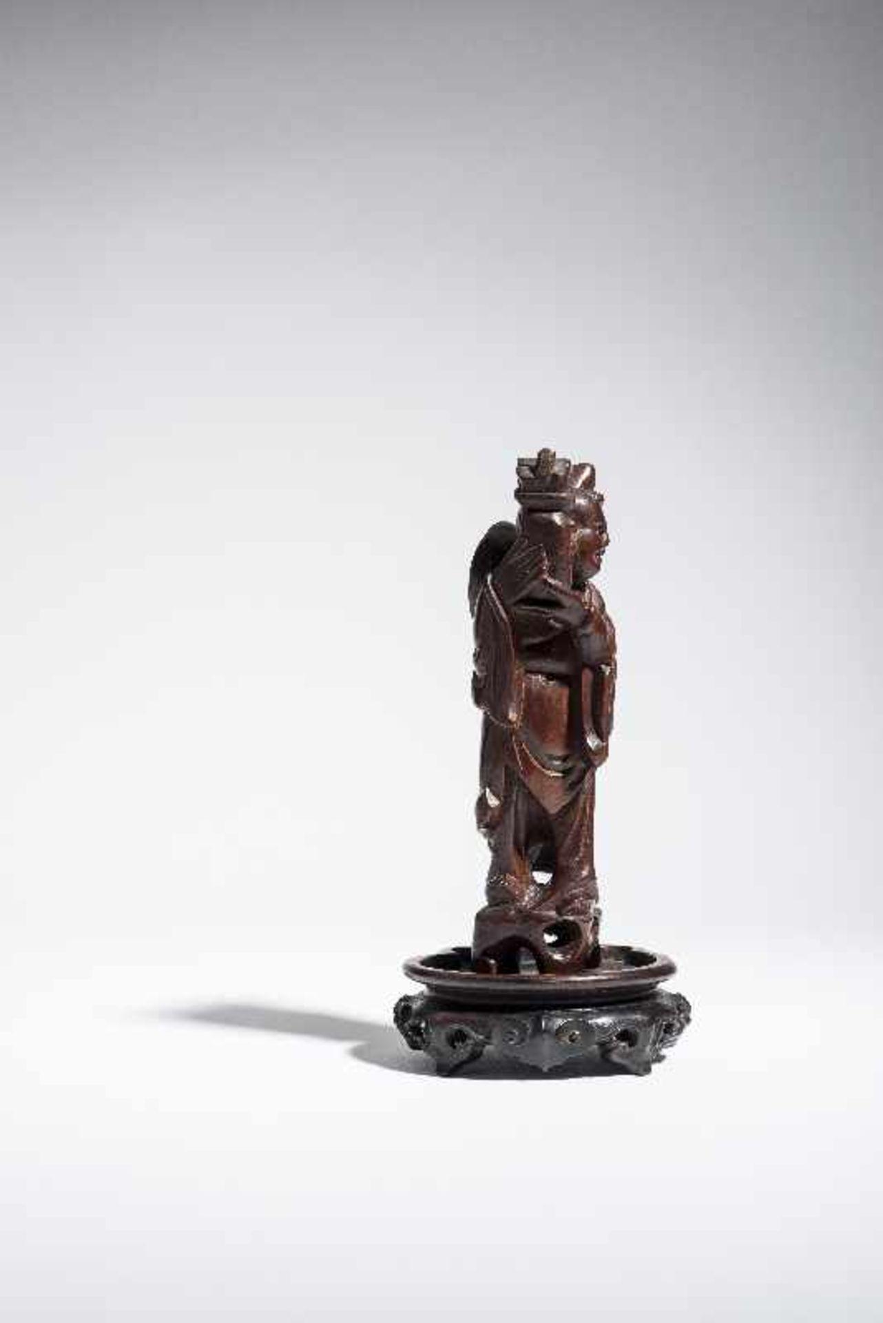 """KLEINE FIGUR EINES UNSTERBLICHEN Holz. China, 19. bis voriges Jh. Möglicherweise einer der """" - Image 3 of 5"""