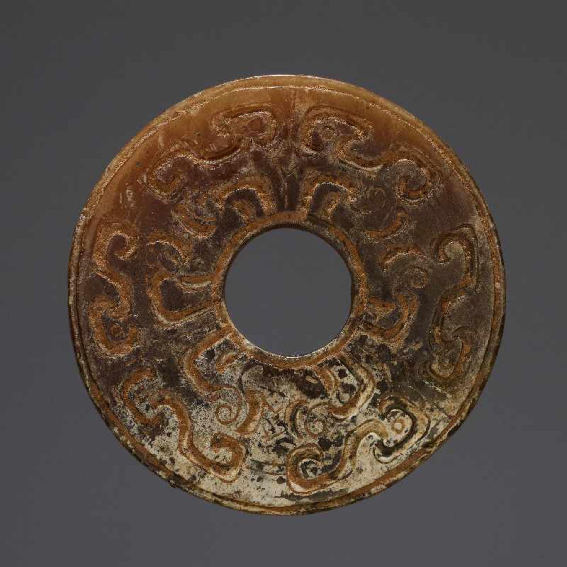 KONVOLUT MIT EINER BI UND DREI AMULETTENJade. China, späte Qing-Dynastie, 19. Jh. 75a: BI Jade. - Image 13 of 17