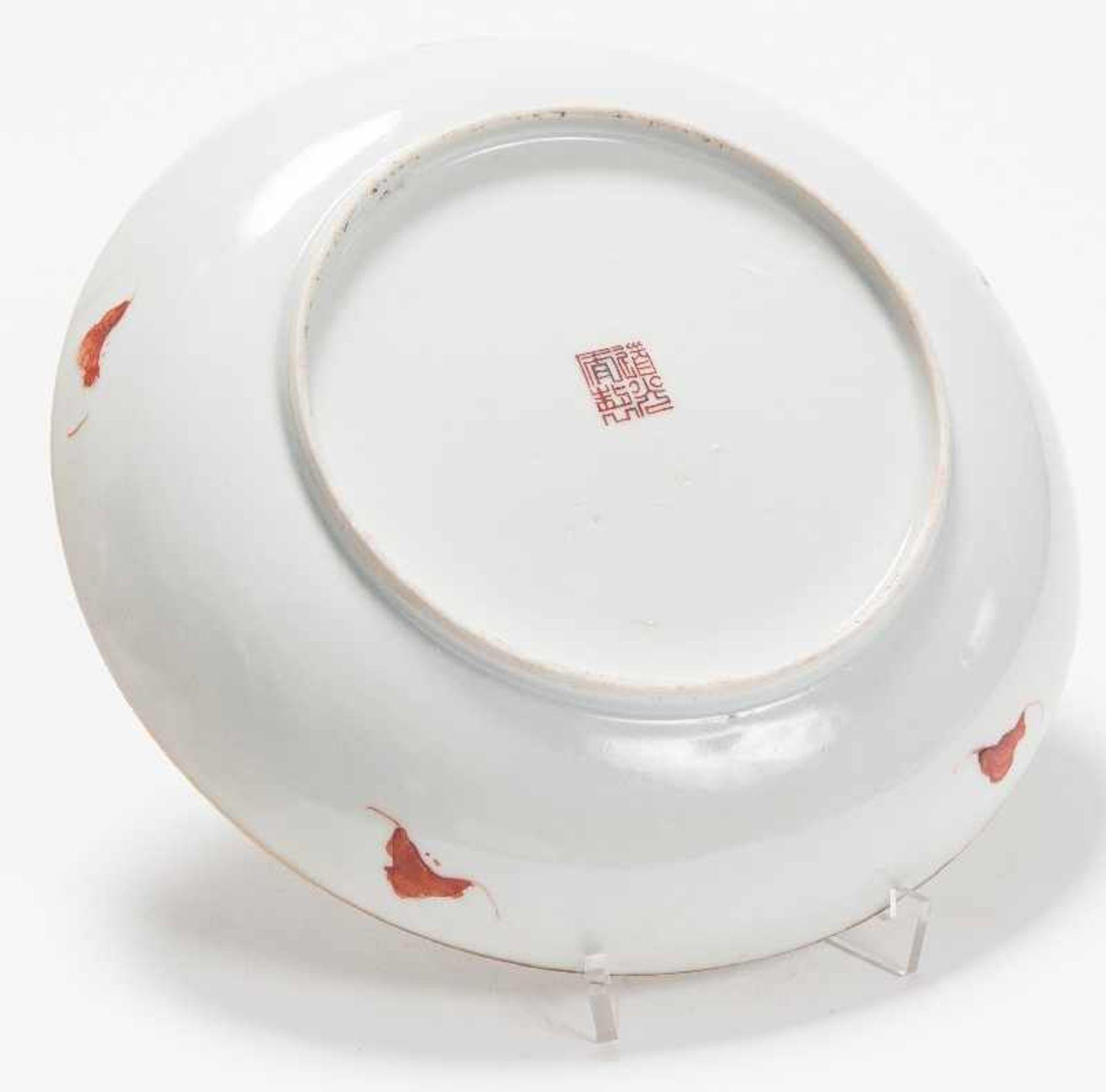 Drei sehr attraktiv farbig bemalte TellerPorzellan mit Emailfarben. China, Qing-Dynastie, - Image 5 of 10