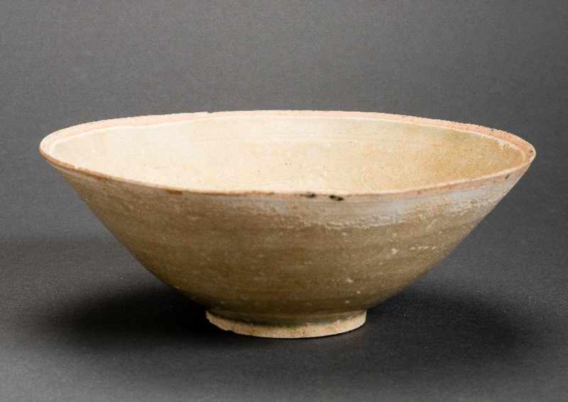 TIEFE SCHALEGlasierte Keramik. China, Song, ca. 12. bis 13. Jh. Diese trichterförmige tiefe Schale - Image 2 of 6