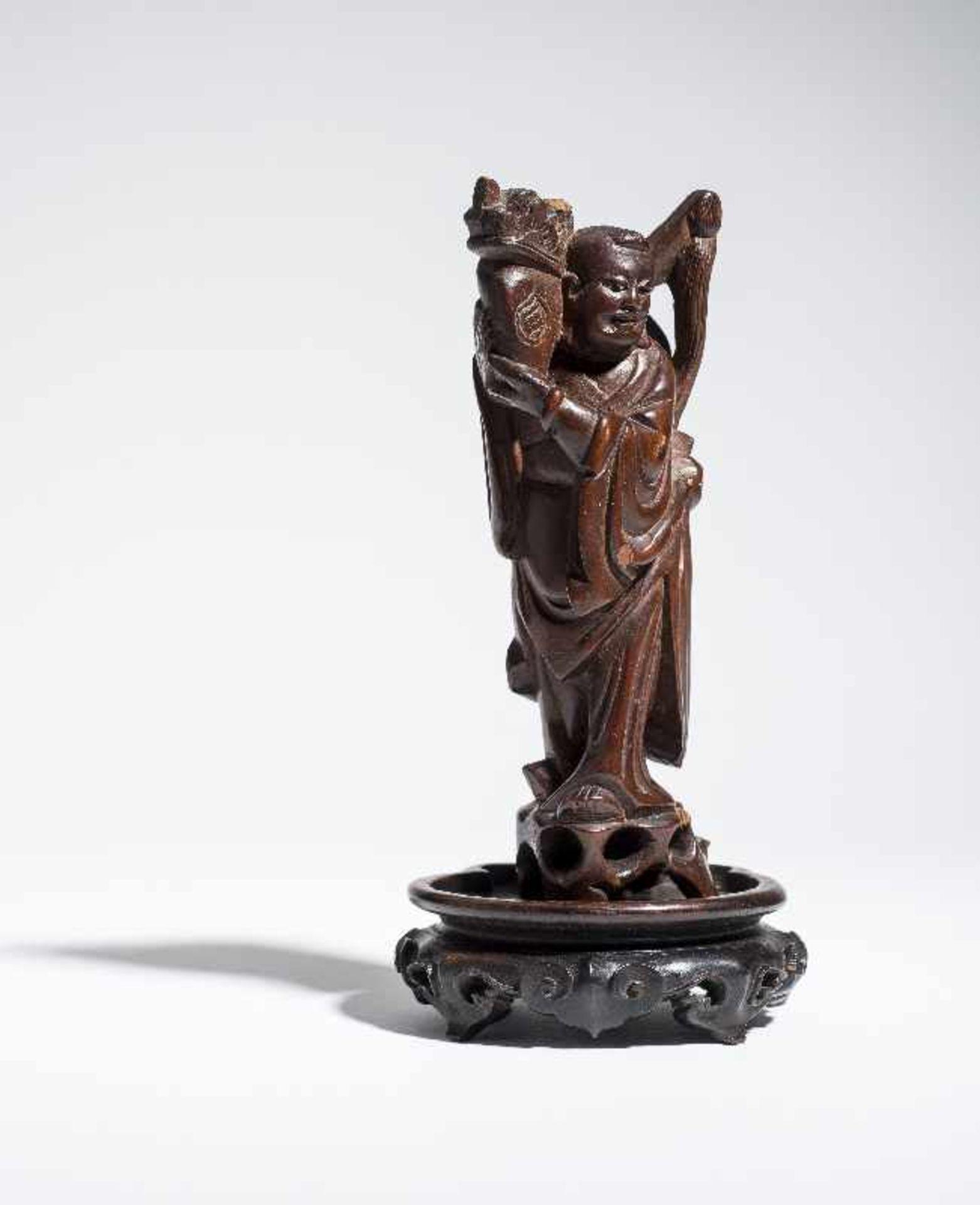 """KLEINE FIGUR EINES UNSTERBLICHEN Holz. China, 19. bis voriges Jh. Möglicherweise einer der """" - Image 2 of 5"""
