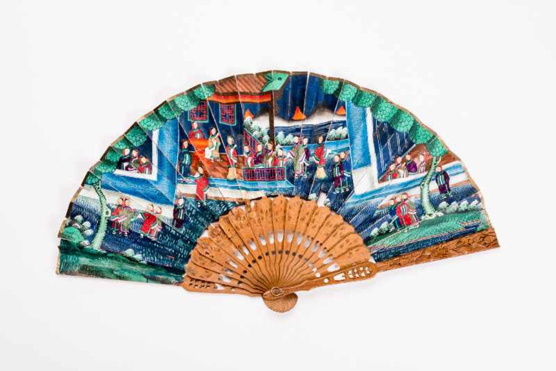 FALTFÄCHER MIT FIGURALER SZENE, TIEREN etc. Gouache, Seide, Elfenbein, Holz. China, späte Qing- - Image 2 of 3