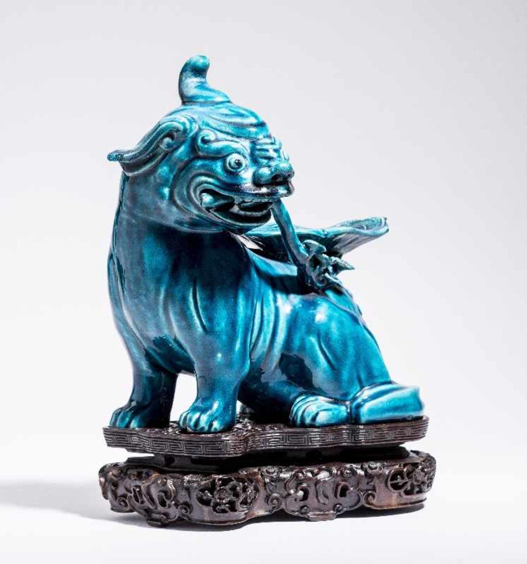 SITZENDES EINHORNPorzellan. China, Qing-Dynastie, 18. Jh. An dieser Porzellanskulptur des - Image 2 of 7