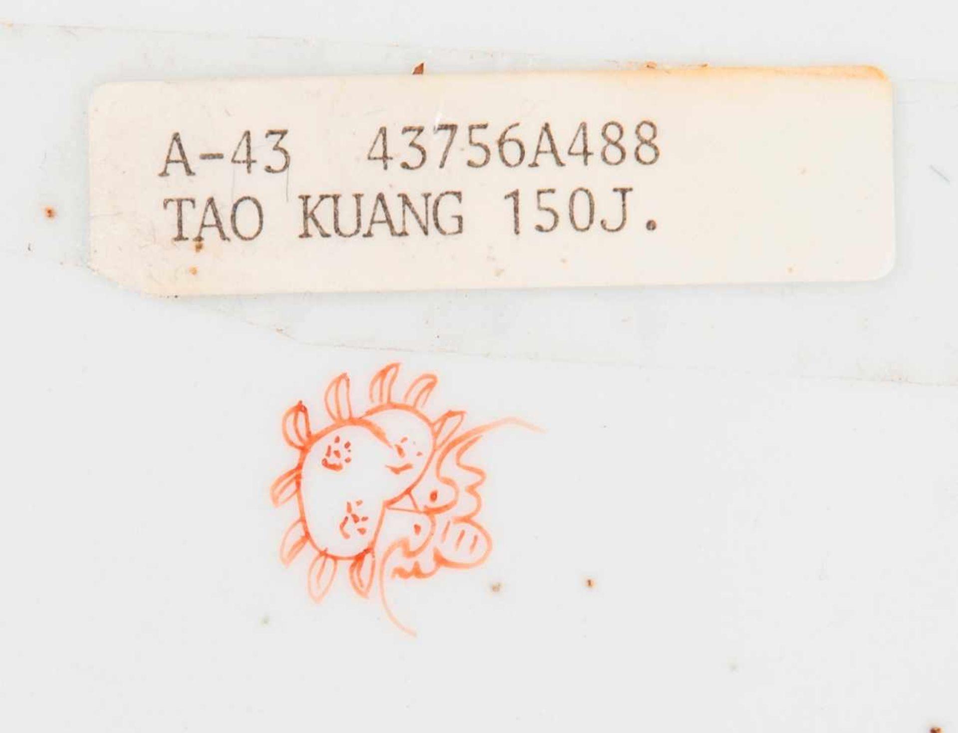 Drei sehr attraktiv farbig bemalte TellerPorzellan mit Emailfarben. China, Qing-Dynastie, - Image 2 of 10