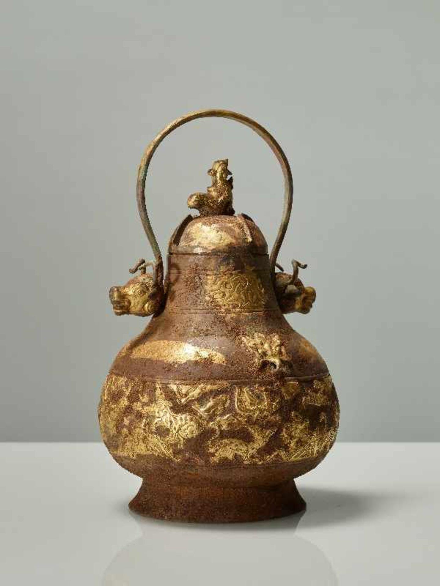 GEFÄSS YOU MIT FABELWESEN UND TIERKÖPFEN Feuervergoldetes Repoussé. China, vermutlich Qing bis - Image 2 of 8