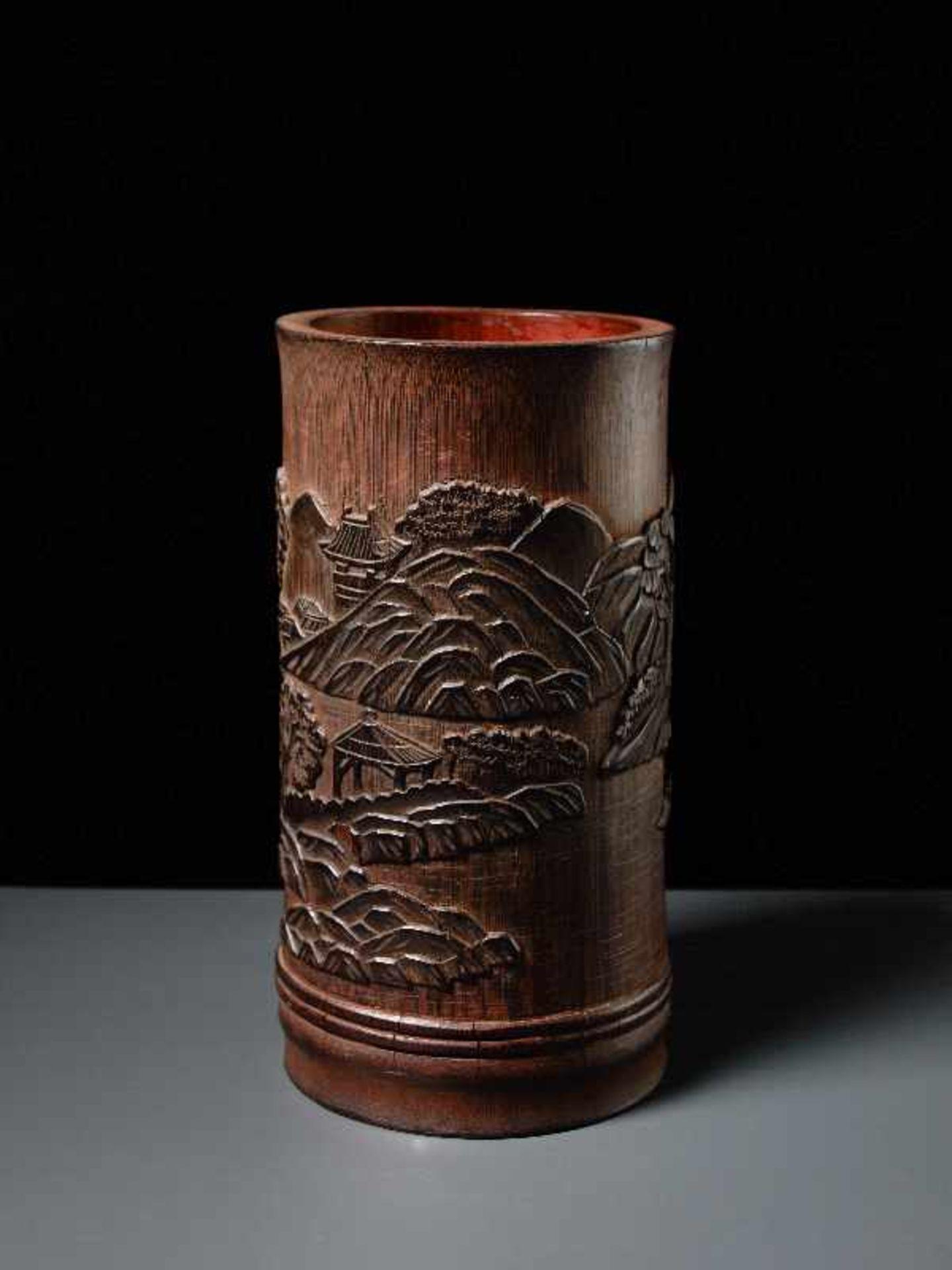 PINSELBECHER MIT LANDSCHAFTSRELIEF Bambusstamm. China, Qing-Dynastie, 19. Jh. Sehr gute Arbeit, - Image 3 of 5