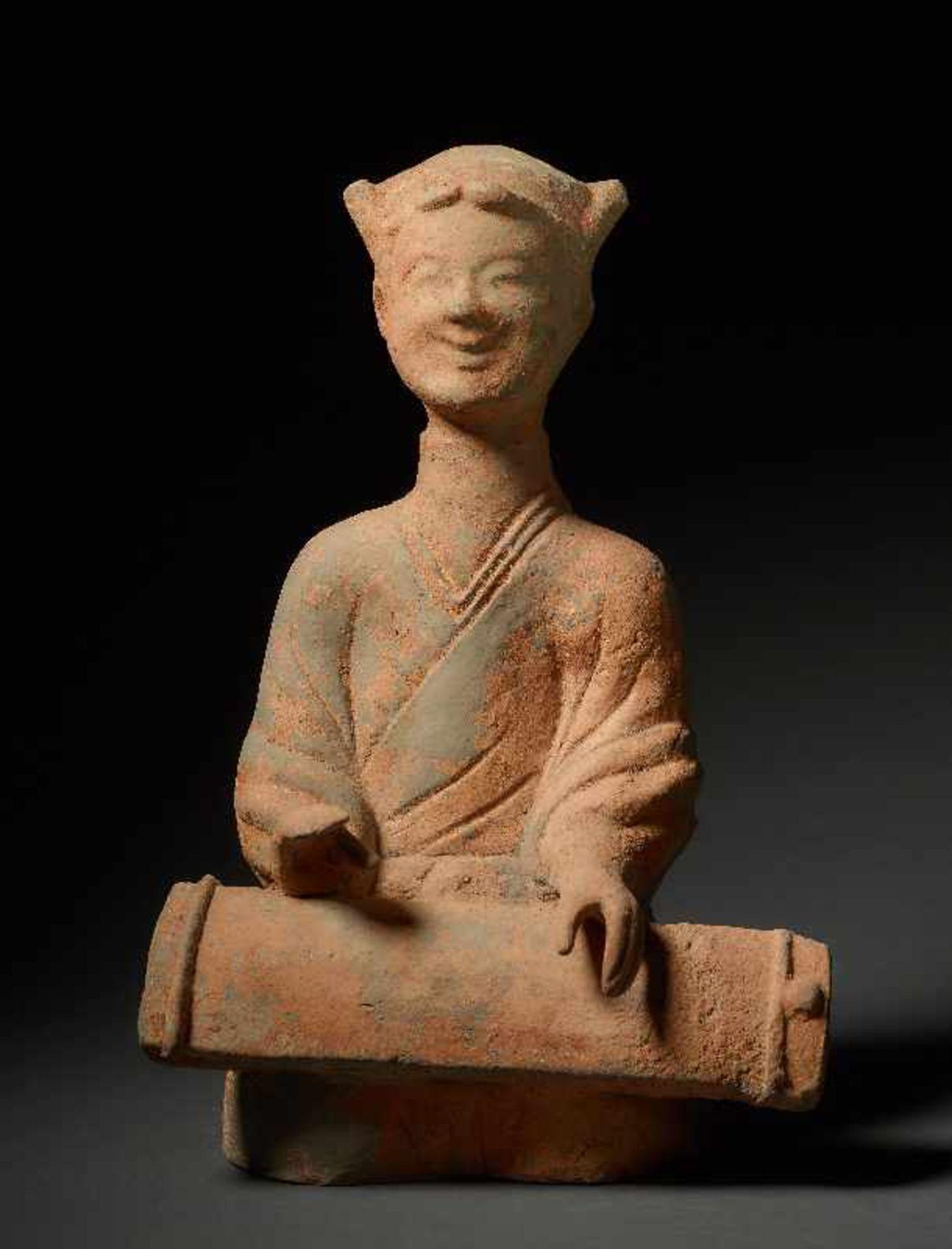 MUSIKANTIN Terrakotta. China, Sichuan, östliche Han (25 - 220) Auf dem Boden hockendes Mädchen,